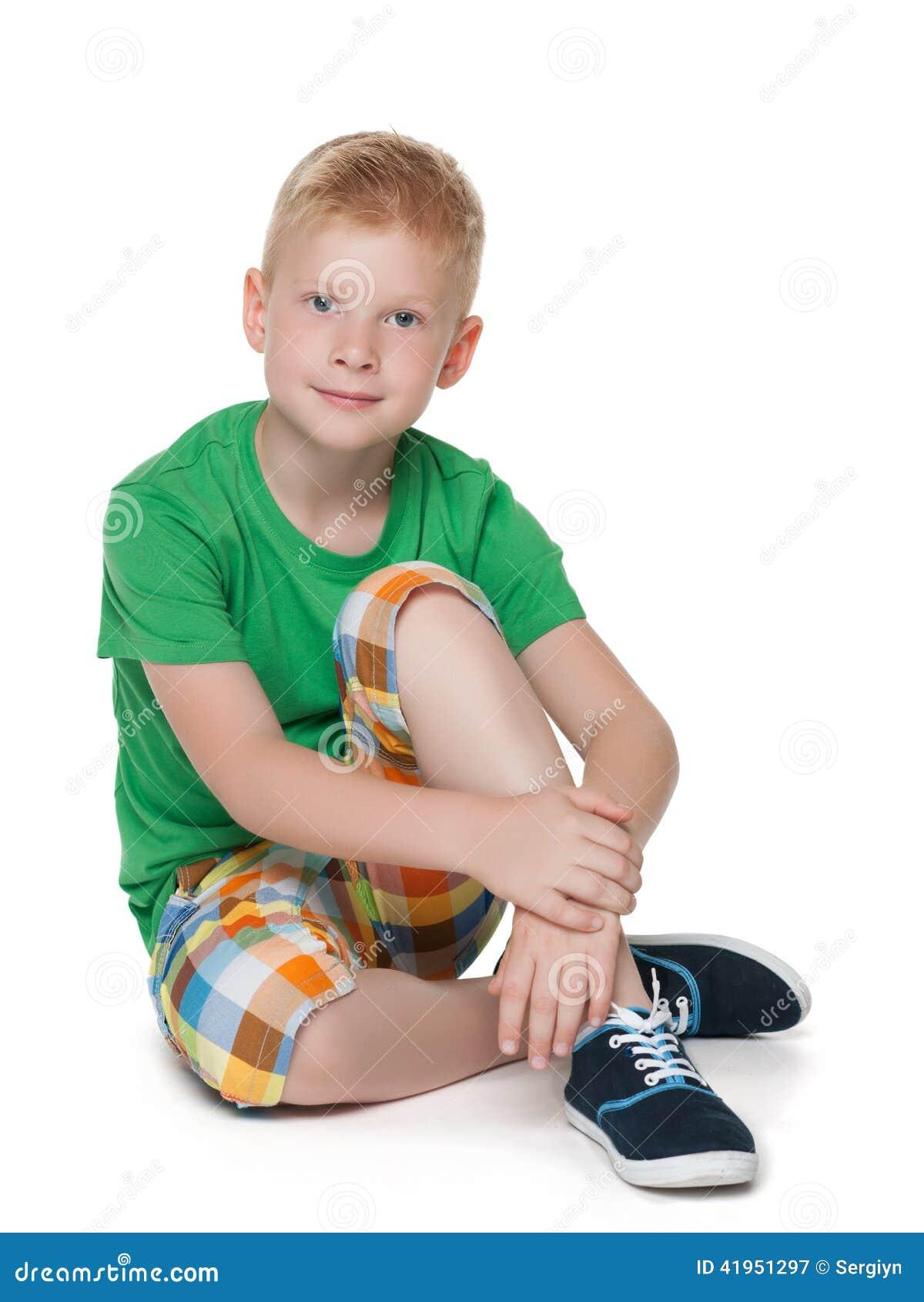 Zadumana chłopiec w zielonej koszula