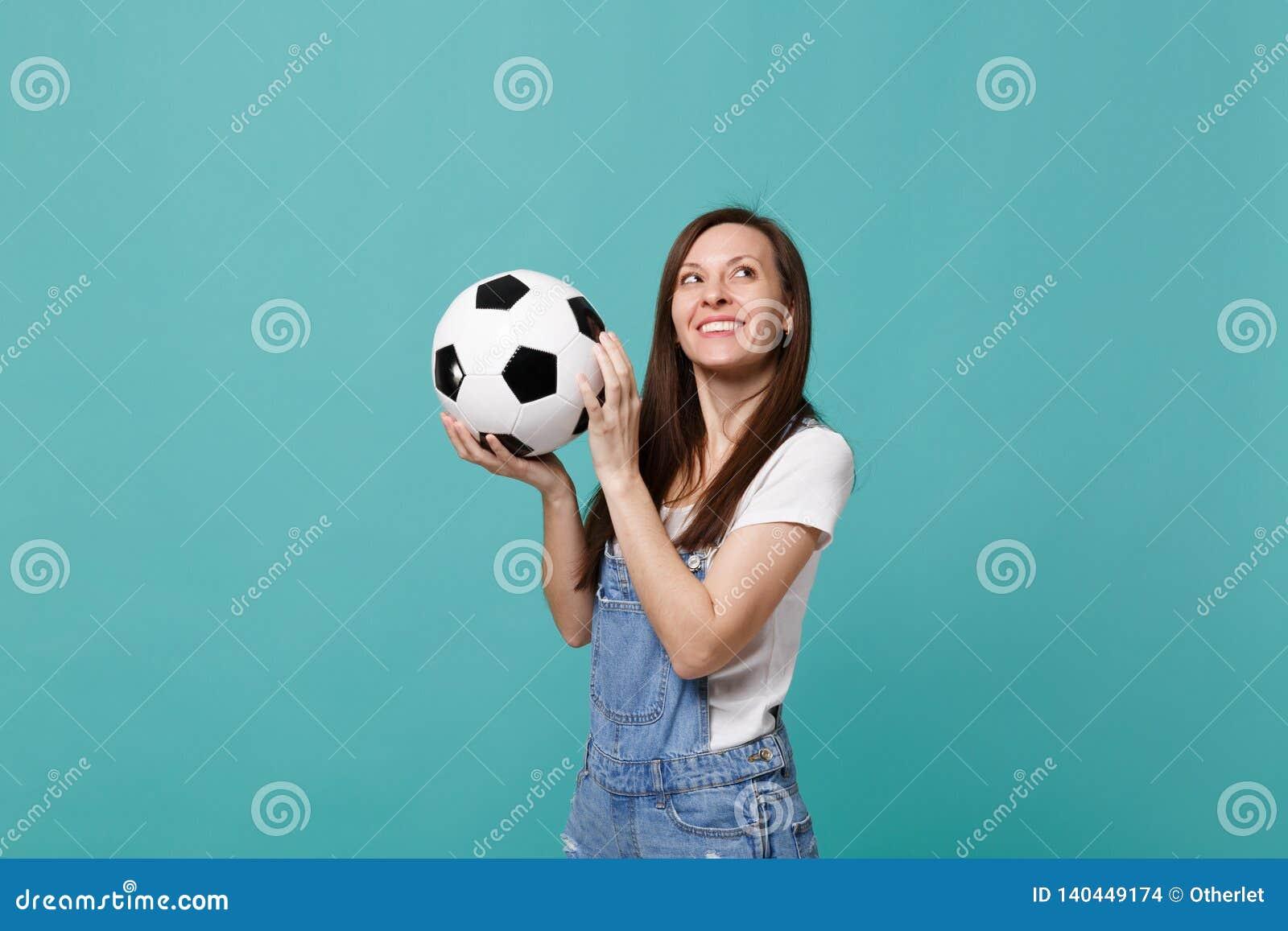 Zadumana młodej kobiety fan piłki nożnej poparcia faworyta drużyna z piłki nożnej piłką przyglądającą w górę odosobnionego na błę