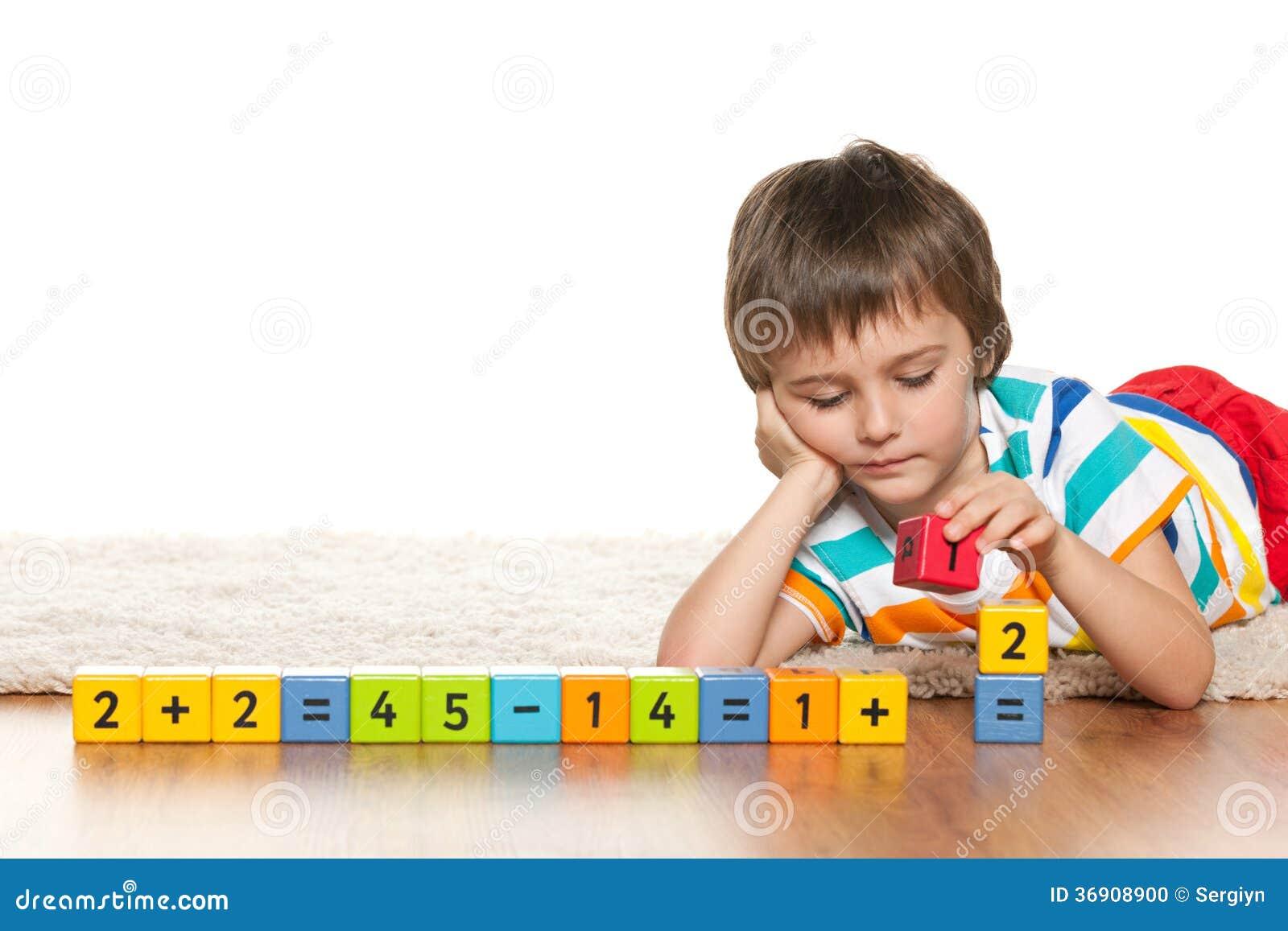 Zadumana mądra chłopiec z blokami