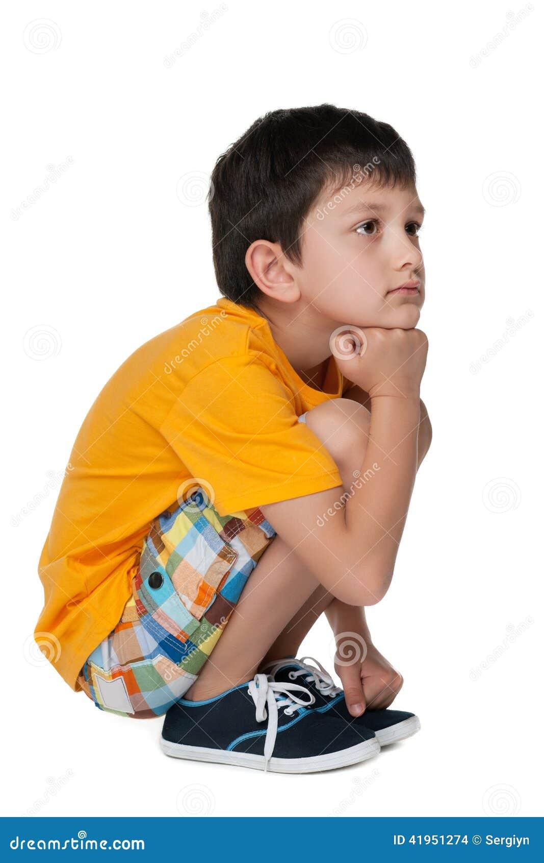 Zadumana smutna chłopiec