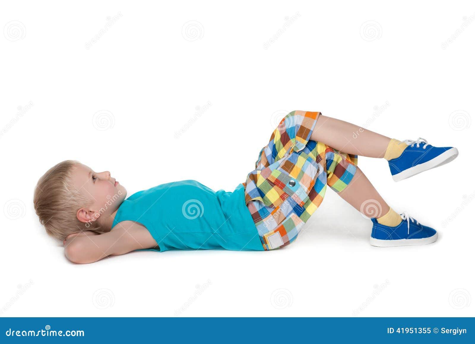 Zadumany chłopiec odpoczywać