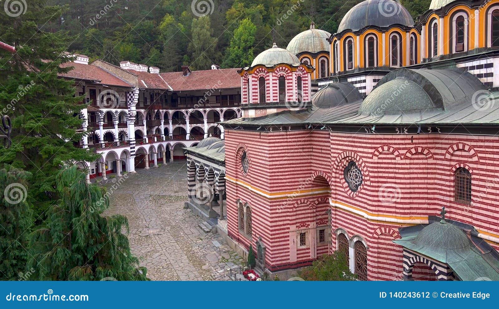 Zadziwiająca panorama Zieleni wzgórza, Rila jeziora i Rila monaster, Bułgaria