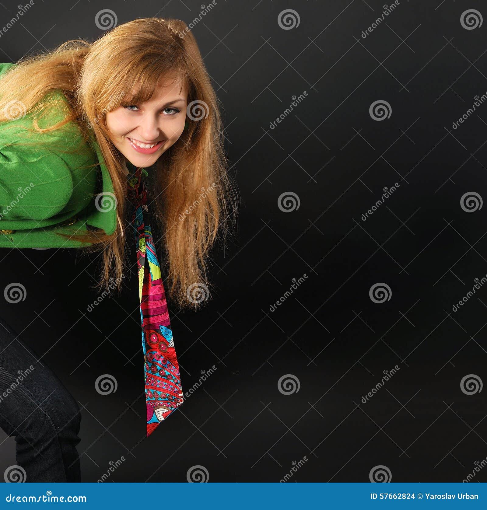 Zadziwiająca ładna młoda kobieta przedstawia coś