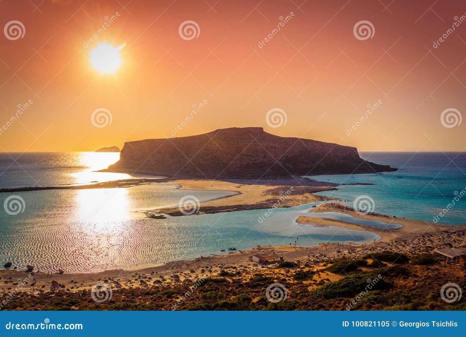Zadziwiająca panorama Balos laguna z magicznym turkusem nawadnia, laguny, tropikalne plaże czysty biały piasek i Gramvousa wyspa