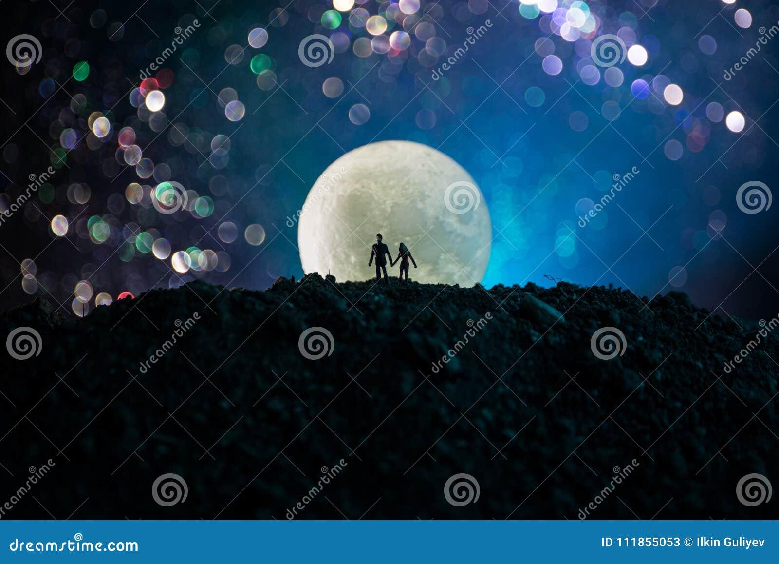 Zadziwiająca scena miłosna Sylwetki młoda romantyczna pary pozycja pod księżyc światłem