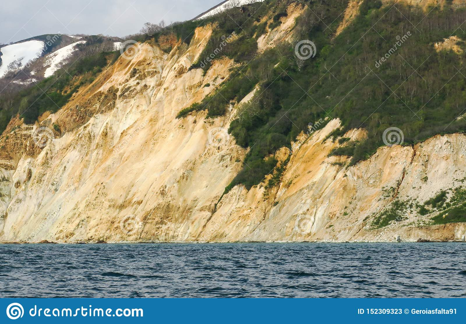 Zadziwiająca wybrzeże linia z pomarańczowego koloru żółtego piaska barwiącym wapniem i geologii strukturami doskonalić wyprawa na