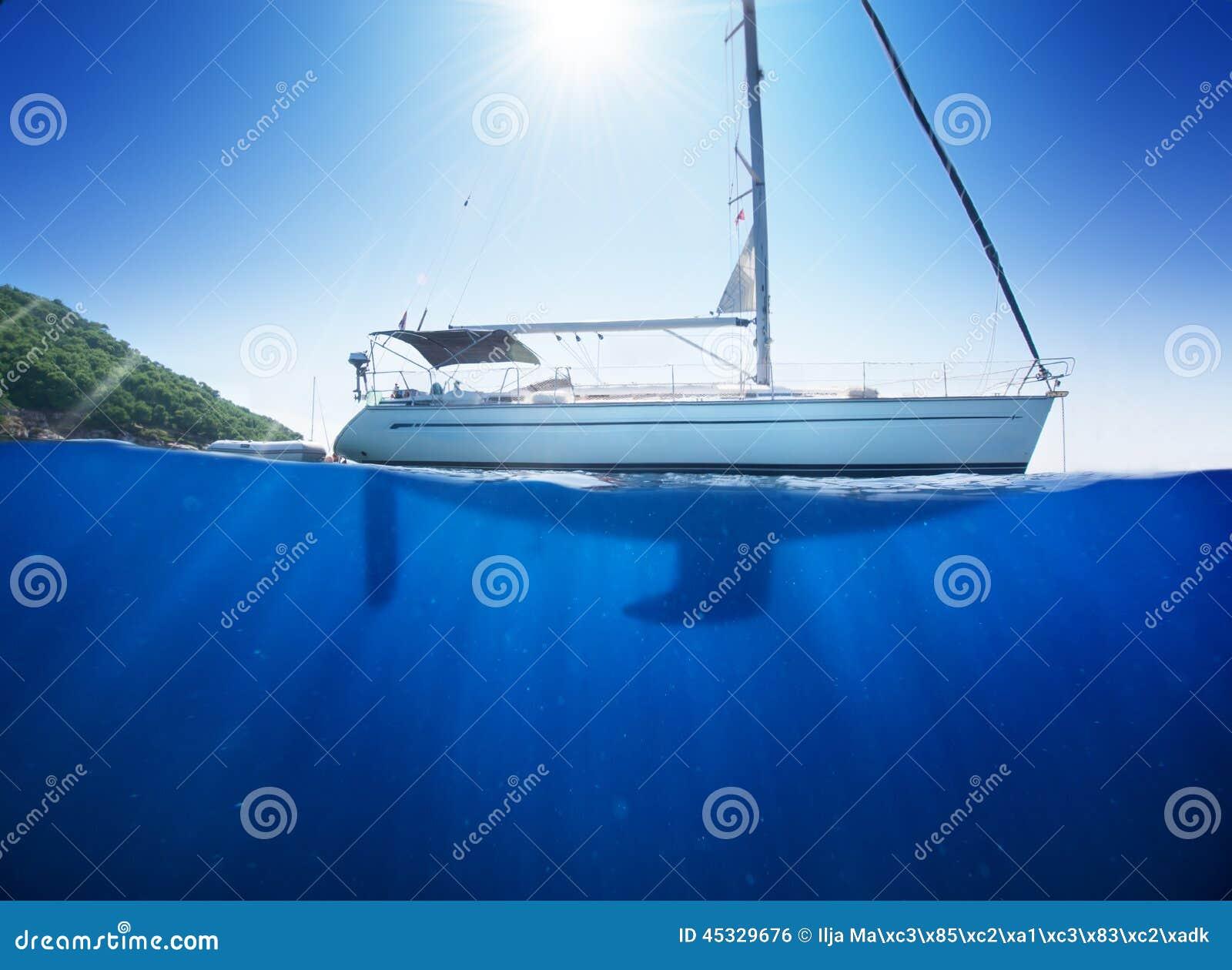 Zadziwiający światła słonecznego seaview żaglówka w tropikalnym morzu z głębokim błękitem underneath splitted waterline