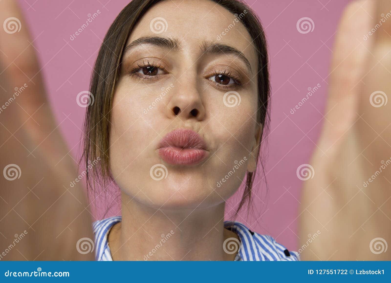 Zadziwiający i rozochocony całowanie brunetki kobiety studia strzał, odizolowywający na menchiach