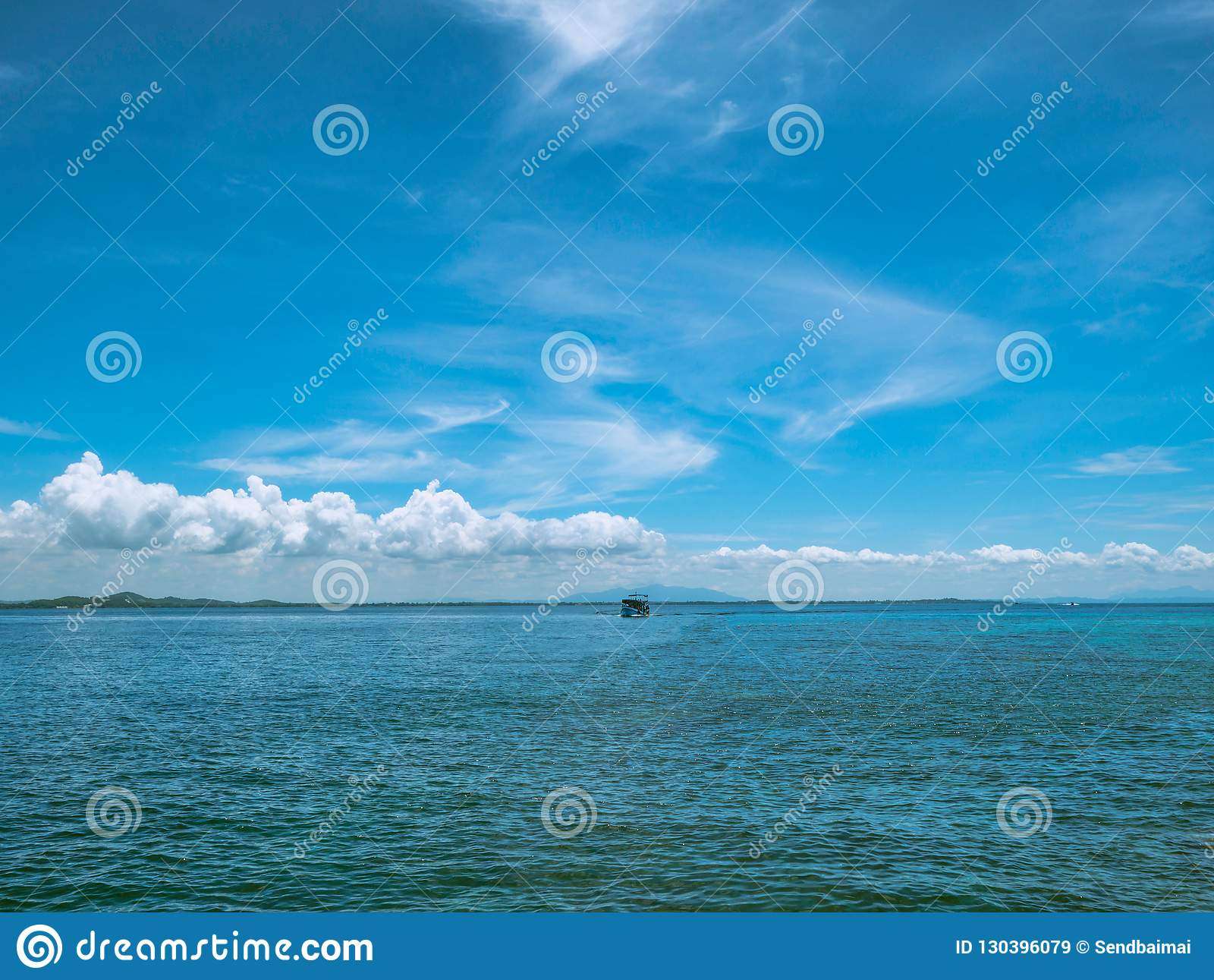 Zadziwiający Idylliczny ocean i Piękny niebieskie niebo w urlopowym czasie