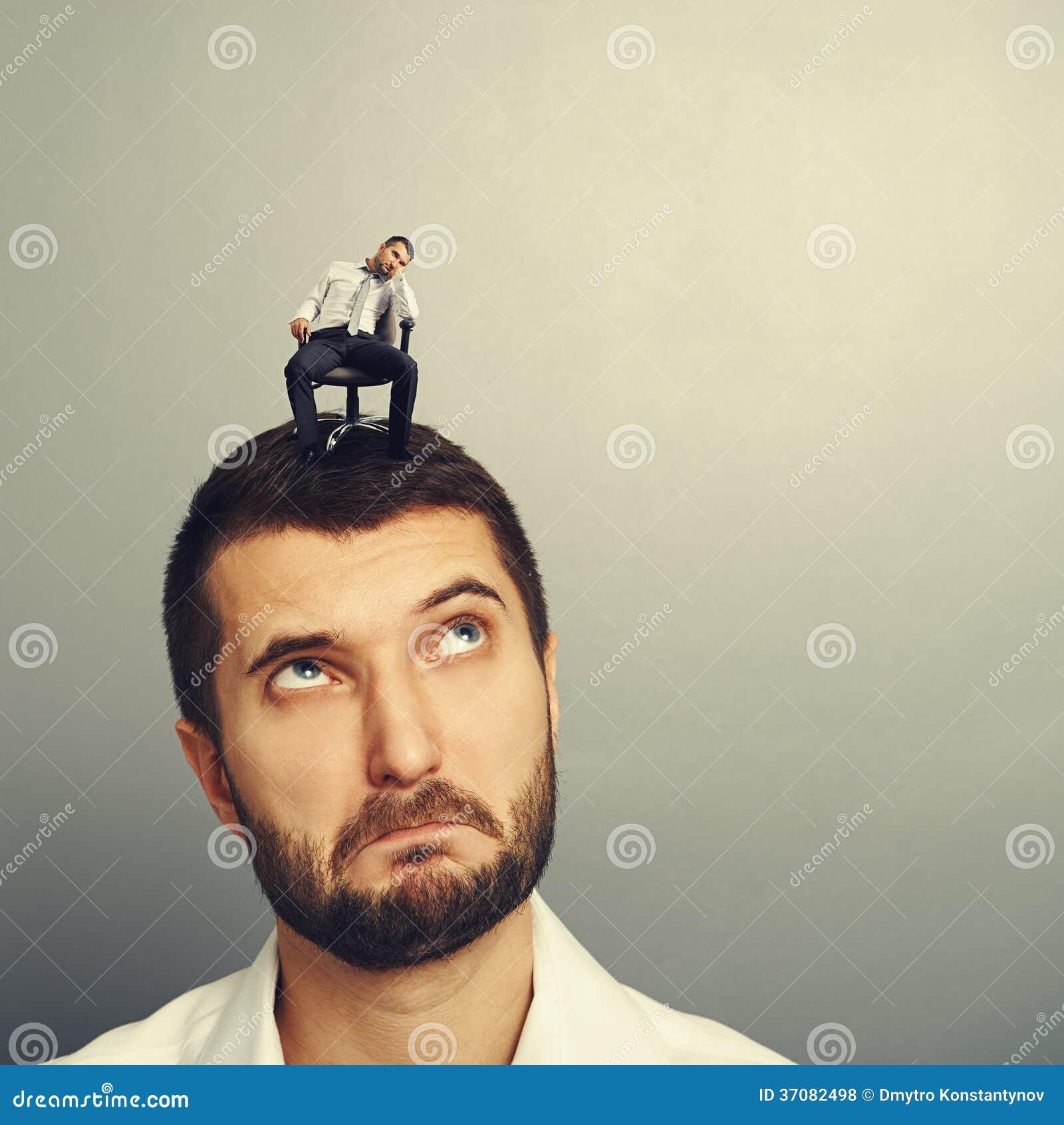Download Zadziwiający Młody Człowiek Patrzeje Zanudzającego Mężczyzna Zdjęcie Stock - Obraz złożonej z mindanao, duży: 37082498