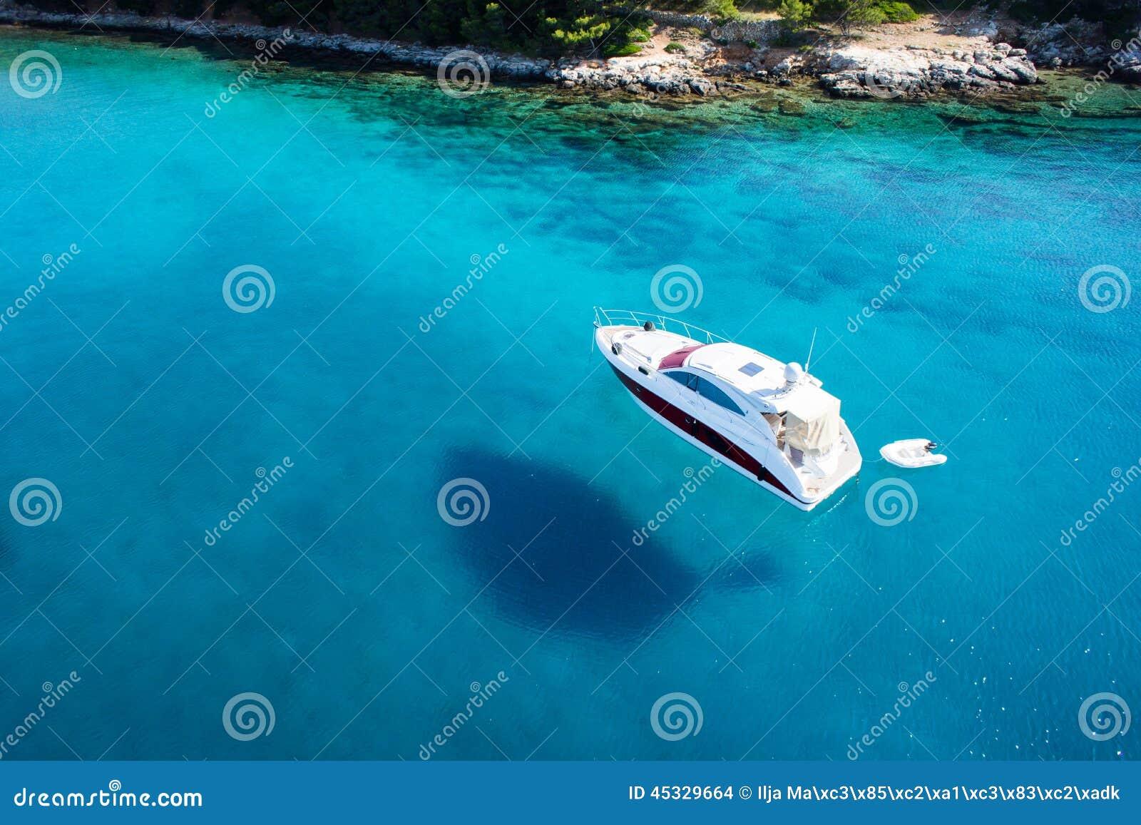 Zadziwiający widok łódź, jasny woda - karaibski raj