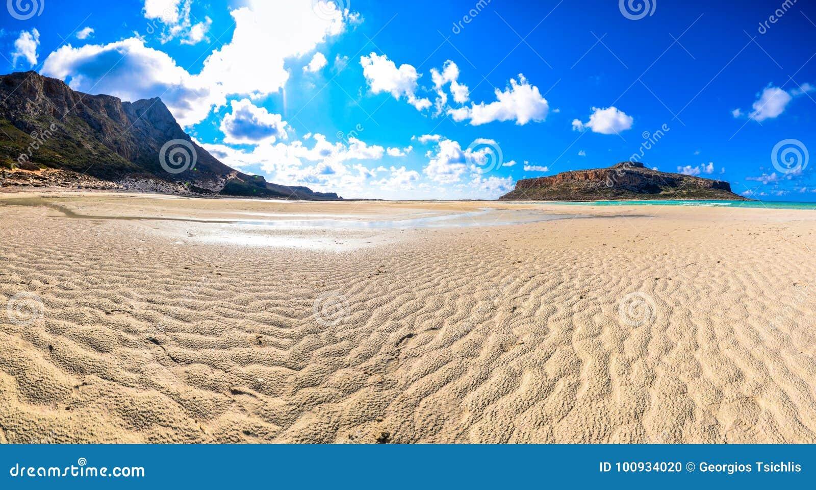 Zadziwiający widok Balos laguna z magicznym turkusem nawadnia, laguny, tropikalne plaże czysty biały piasek i Gramvousa wyspa