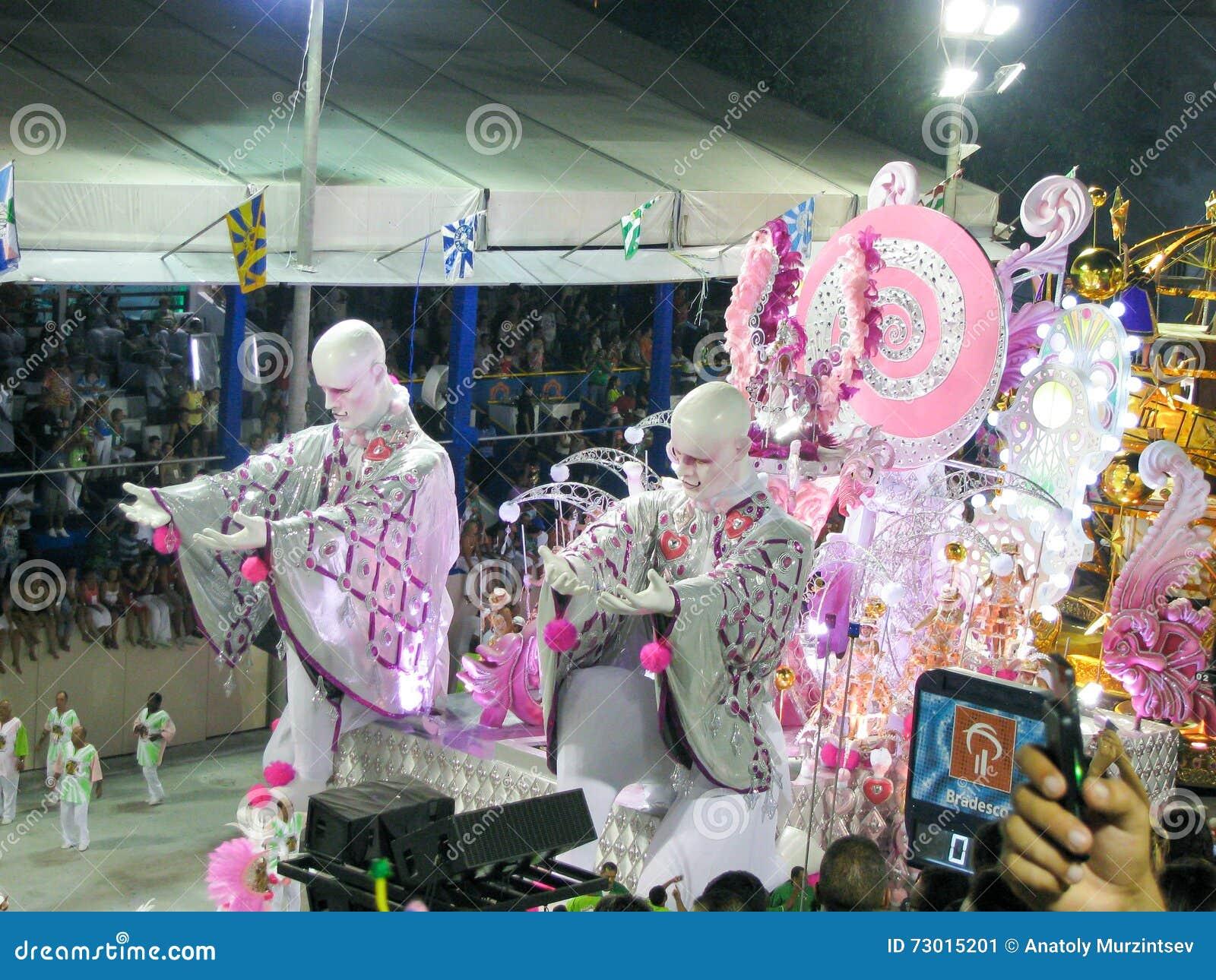 Zadziwiający wielkie widowisko podczas rocznego karnawału w Rio De Janeiro