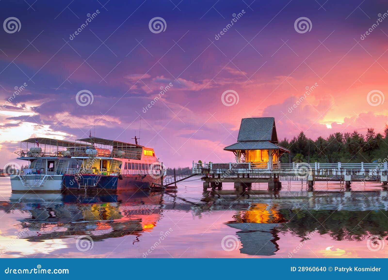 Zadziwiający zmierzch przy schronieniem Koh Kho Khao wyspa