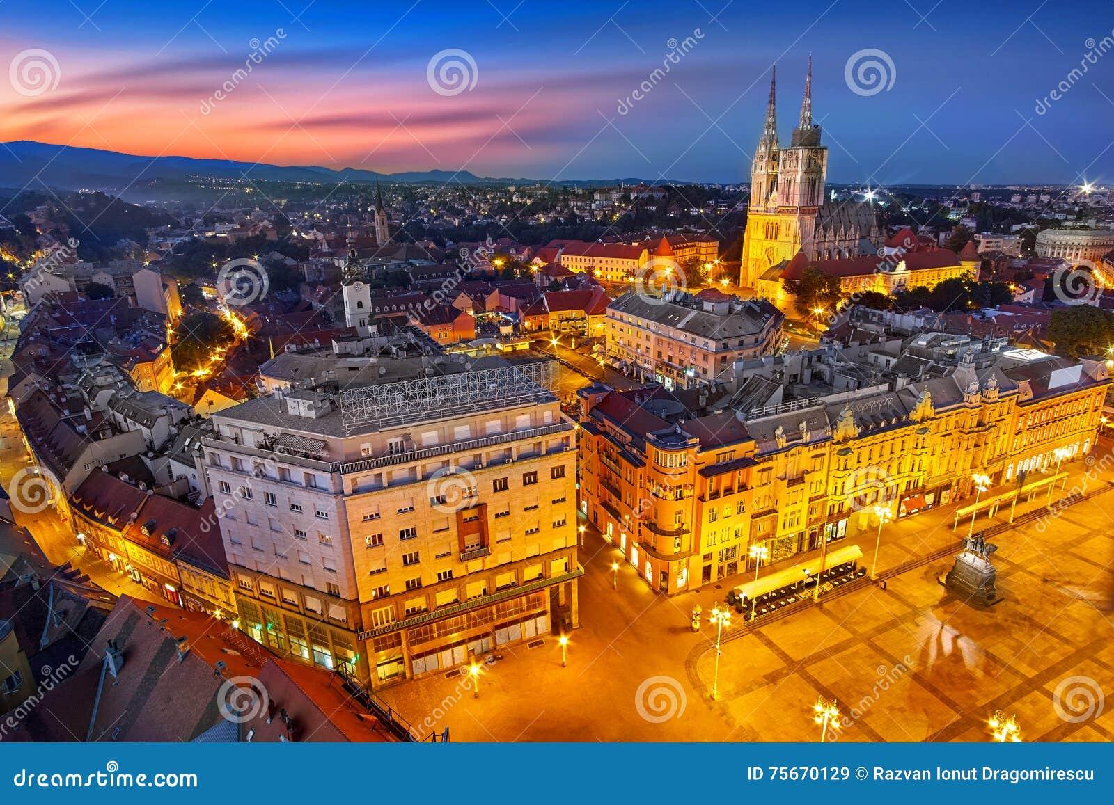 Zagreb Croatia en la puesta del sol Vista desde arriba del cuadrado de Jelacic de la prohibición