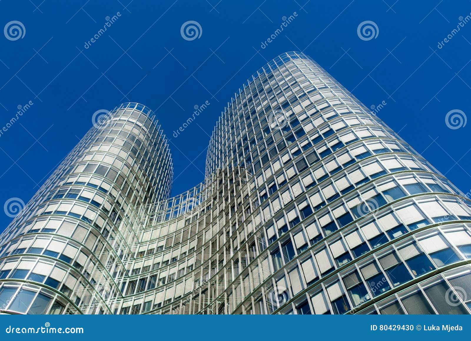 ZAGREB, CROATIE - DÉCEMBRE 2015 : Immeuble de bureaux de tour de ciel à Zagreb