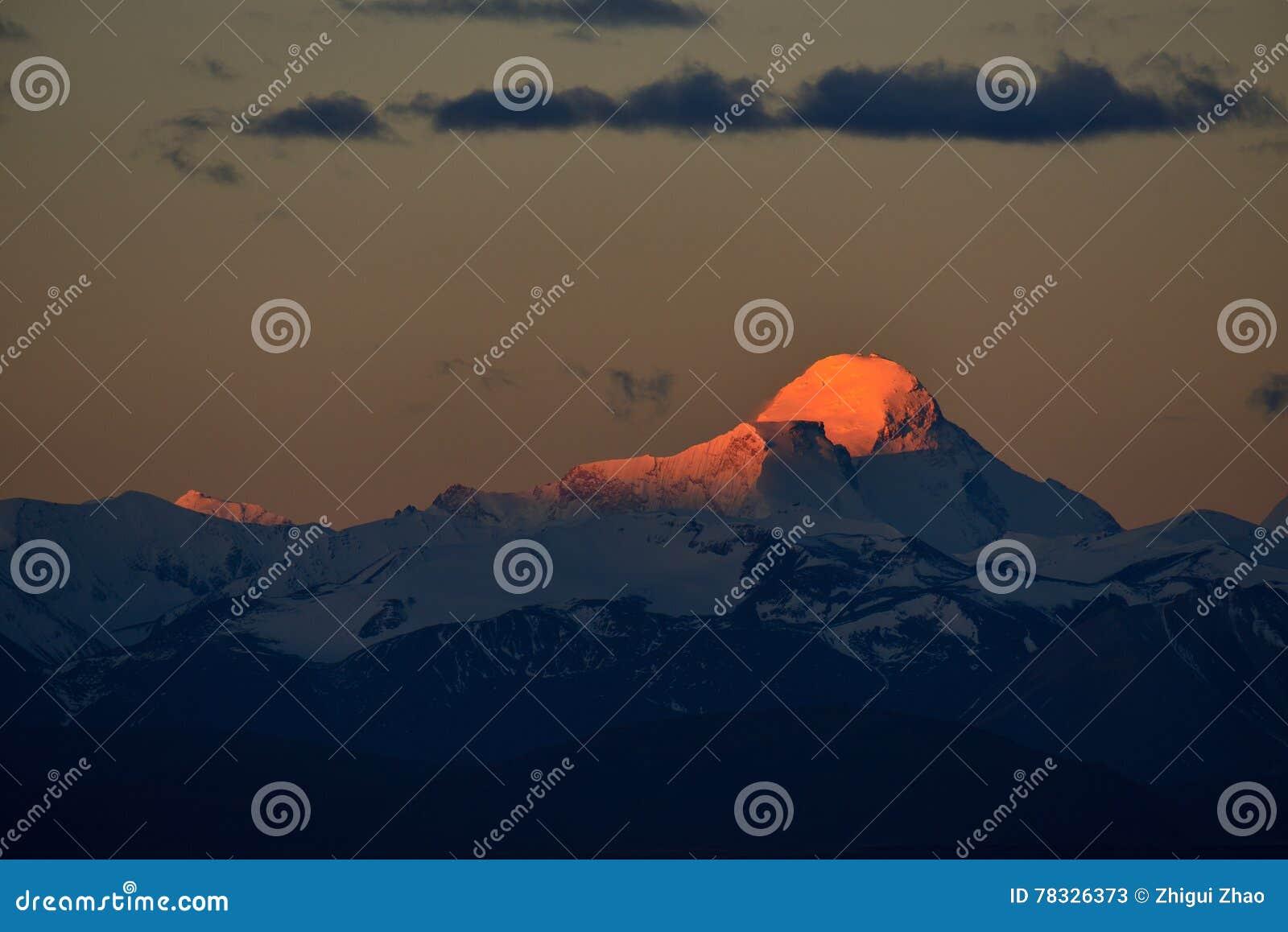Zagreb a Tíbet la montaña de la nieve del sol de la mañana