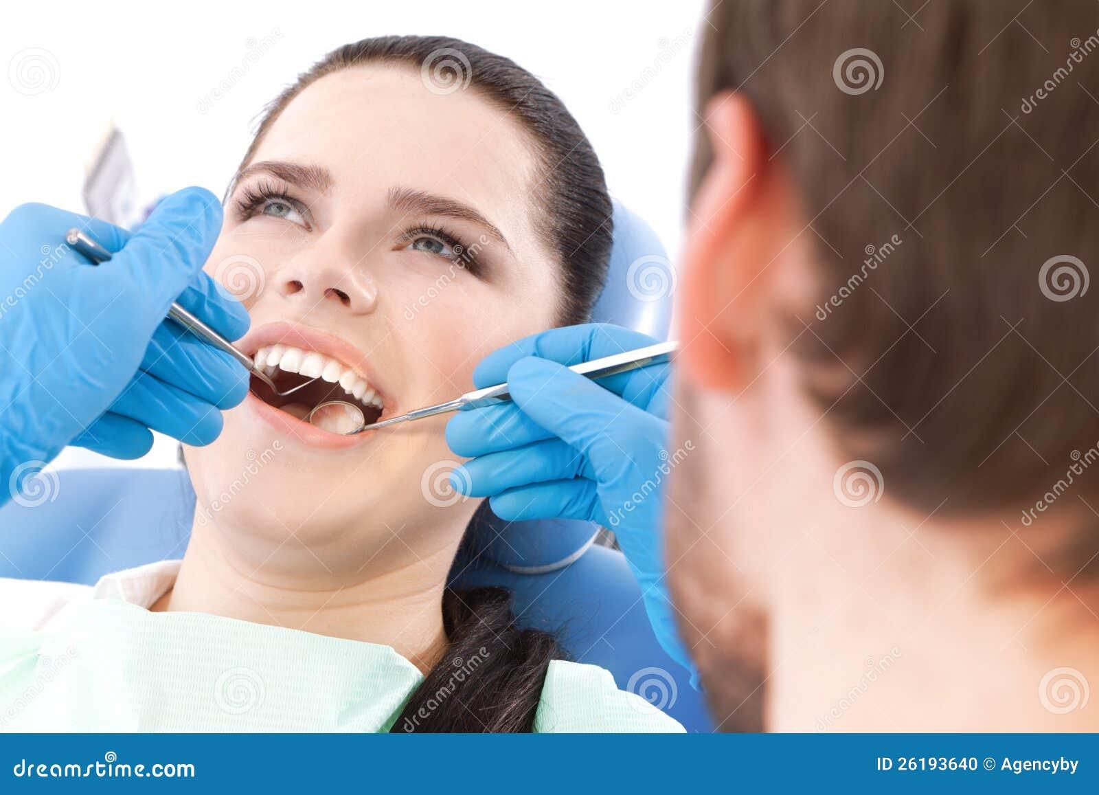 Zahnarzt überprüft die Mundhöhle des Patienten