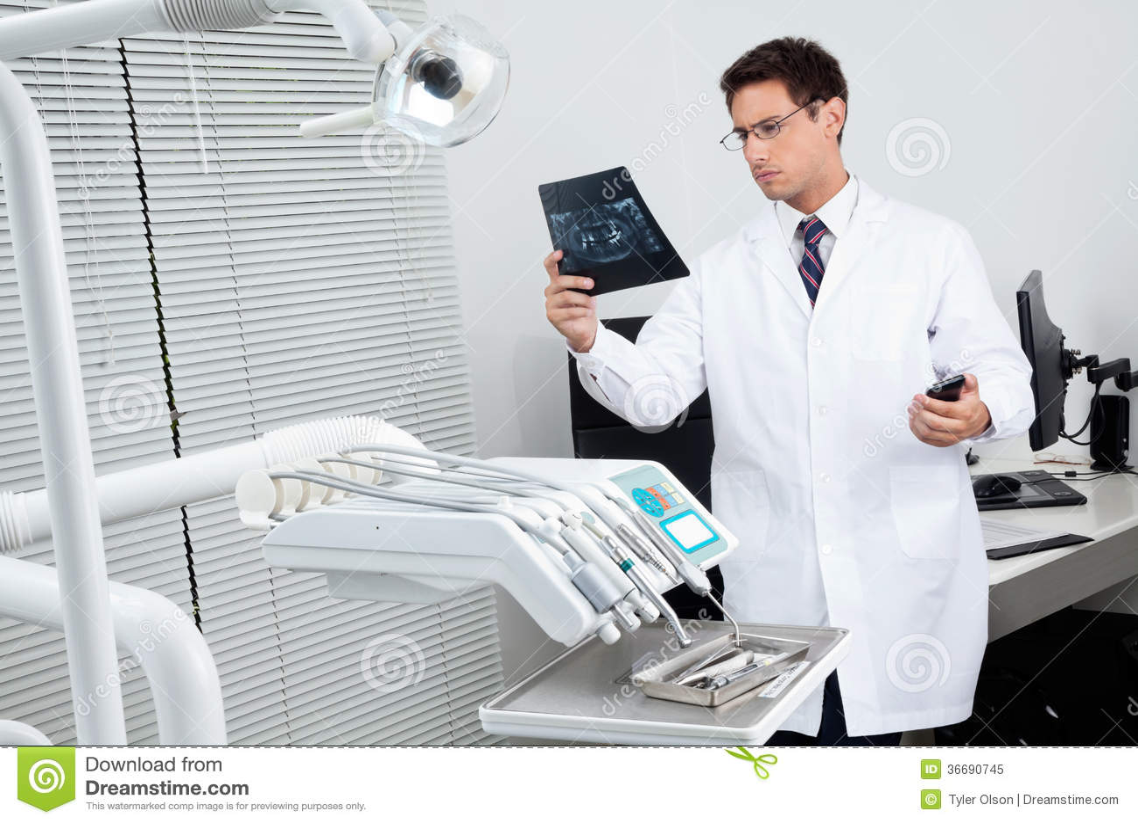 Zahnarzt-Analyzing-Röntgenstrahl-Bericht Stockbild - Bild von ...