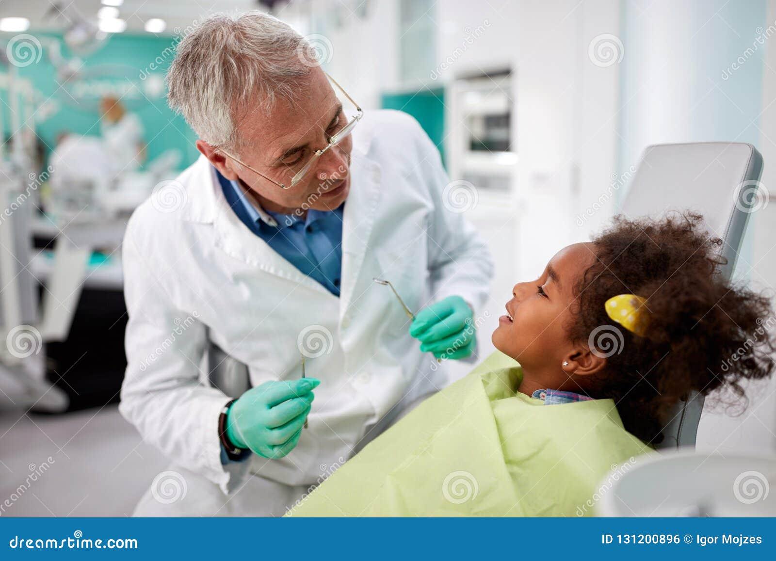 zahnarzt mit kind in der zahnmedizinischen praxis