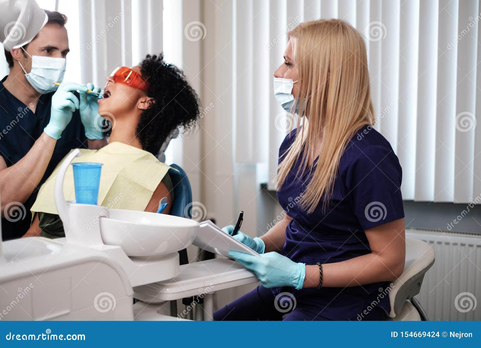 Zahnarzt und seine behilfliche Funktion in der Privatpraxis
