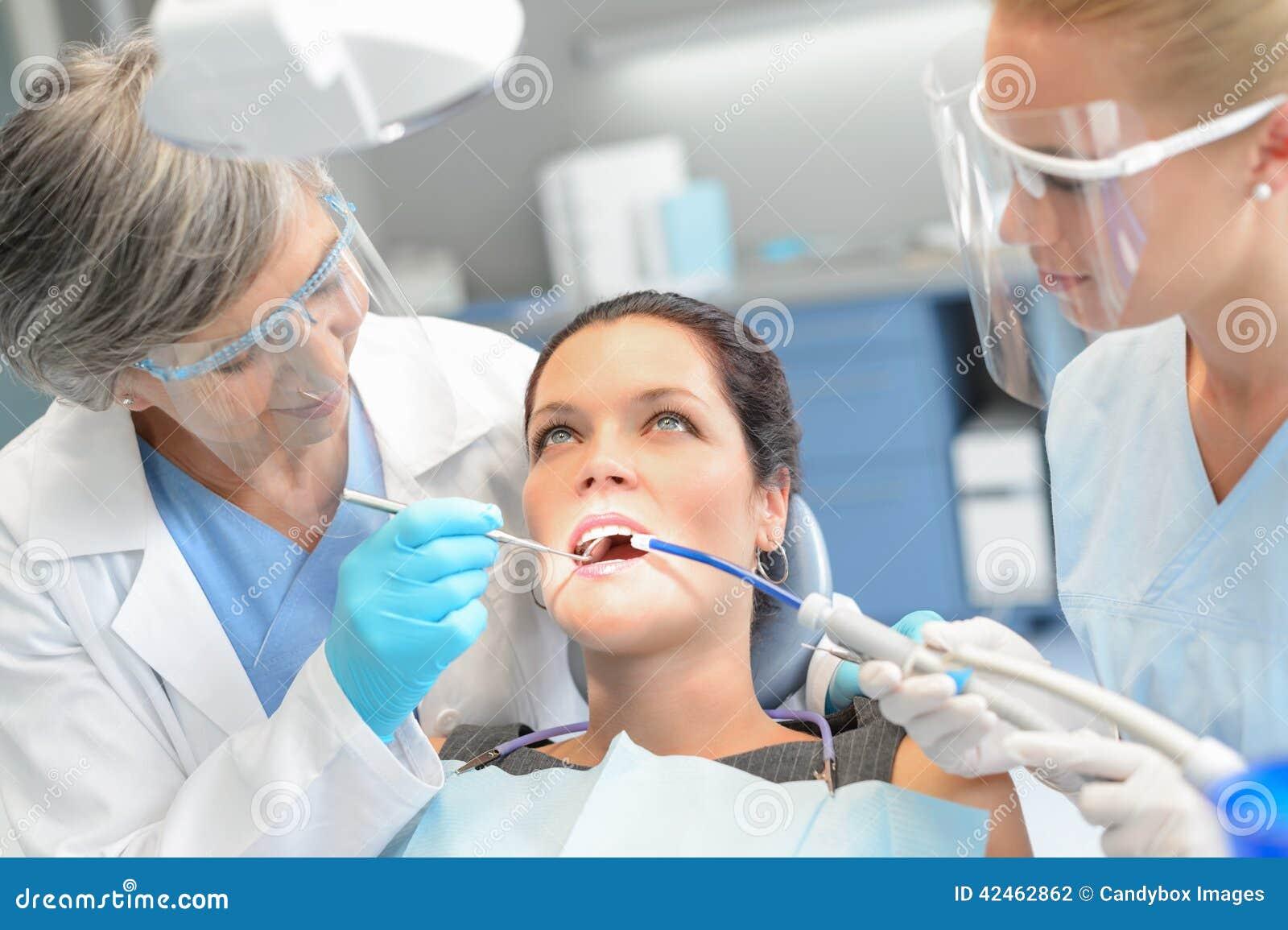 Zahnarztteam der Frau geduldiges zahnmedizinisches Kontroll