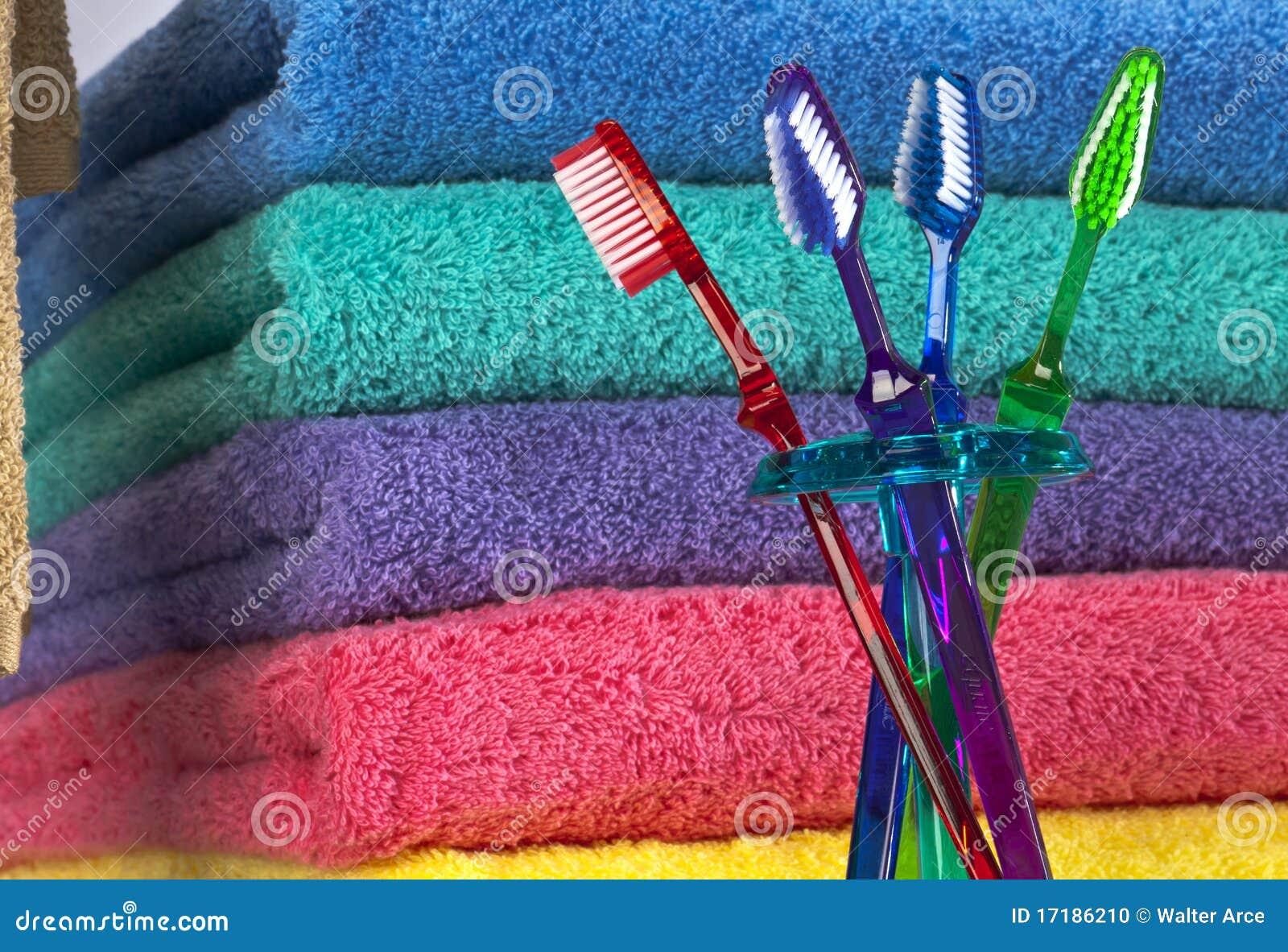 Zahnbürste und Bad-Tücher