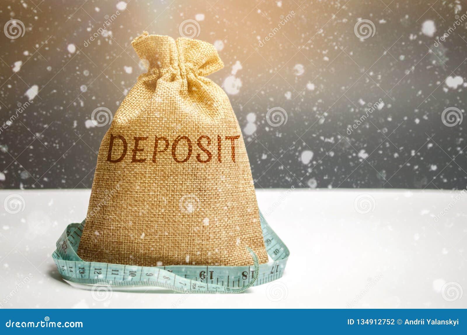 Zak met geld en meetlint en de woordstorting Het concept de storting van het Nieuwjaar De rentevoeten van het nieuwjaar Voorraden