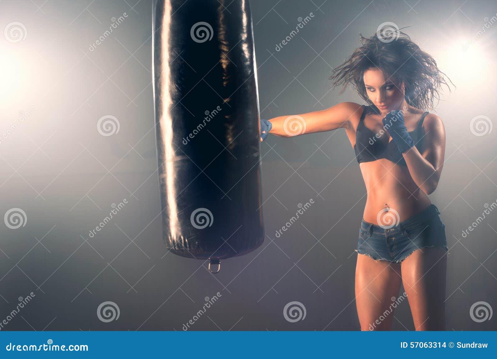 Zak van het vrouwen de sparring ponsen in gymnastiek