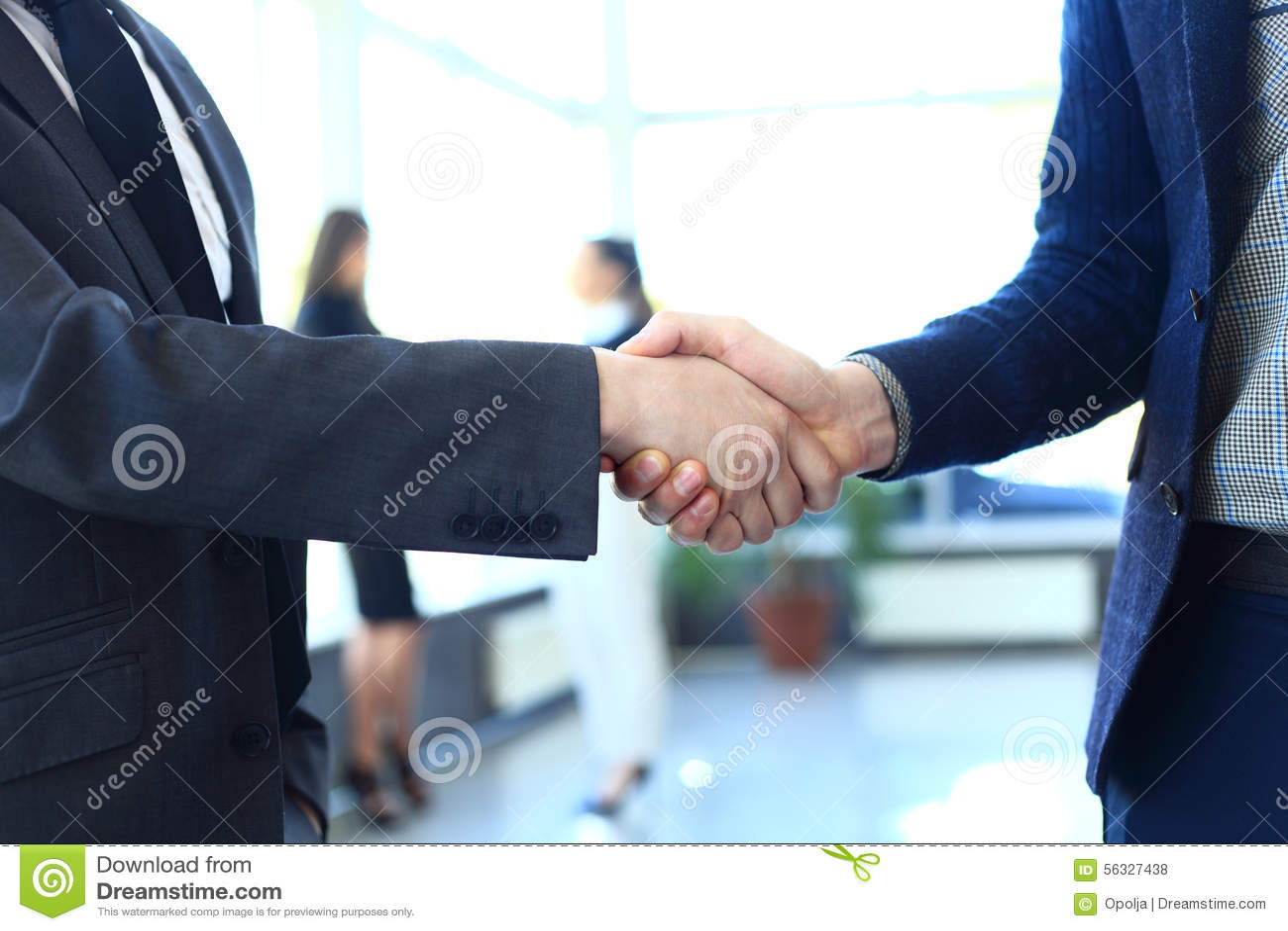 Zaken en bureauconcept - twee zakenlieden die handen schudden