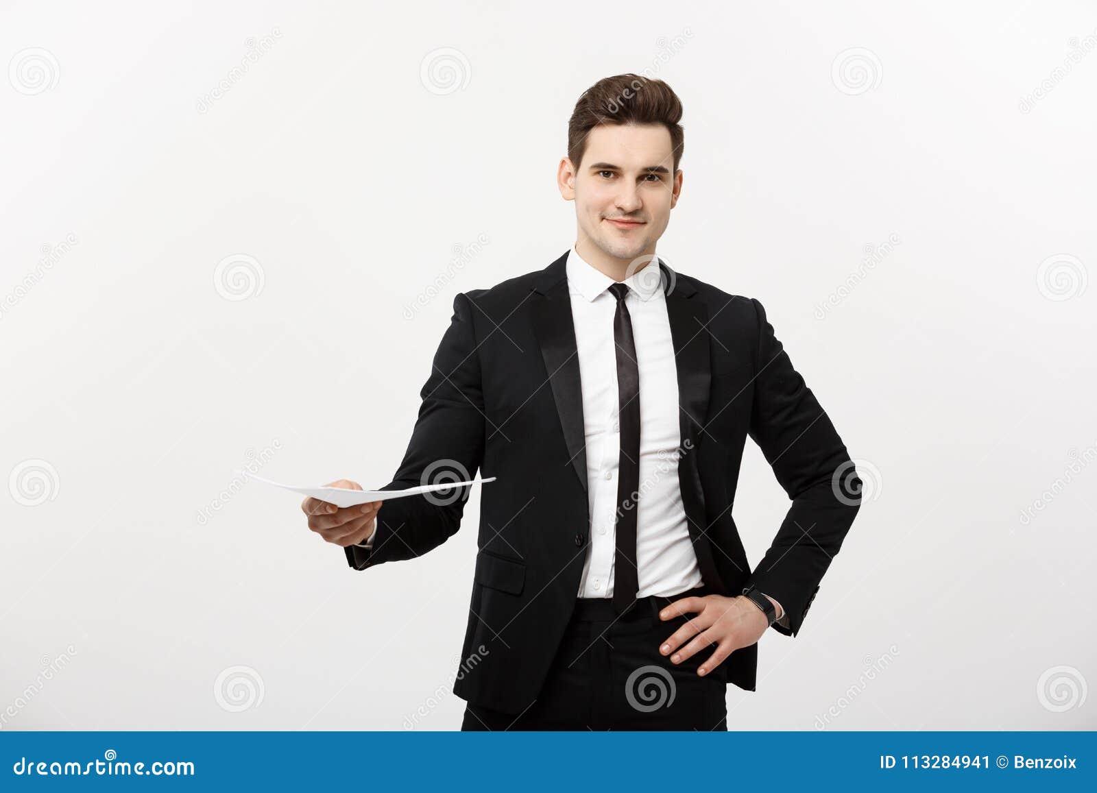 Zaken en Job Concept: De elegante mens in de kostuumholding hervat voor baan het huren in het heldere witte binnenland