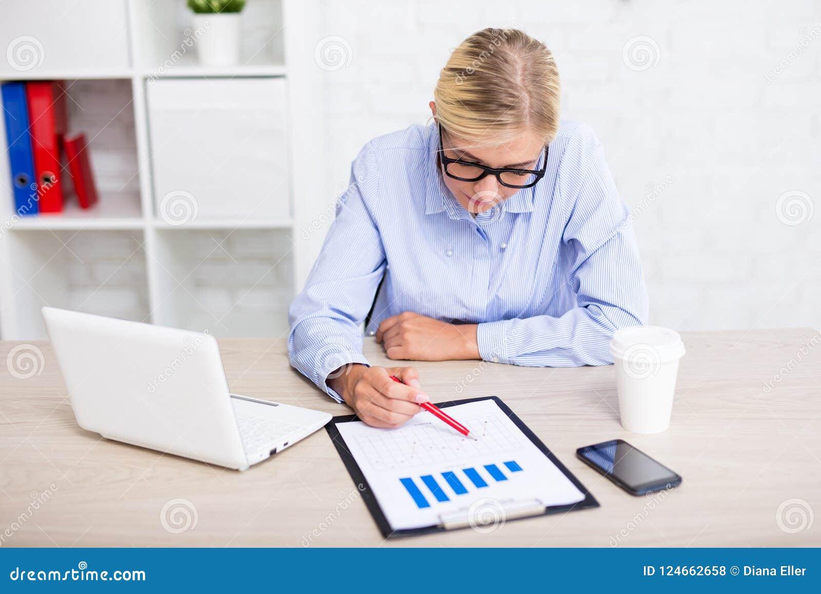 Zaken en statistiekenconcept - bedrijfsvrouw met grafieken en