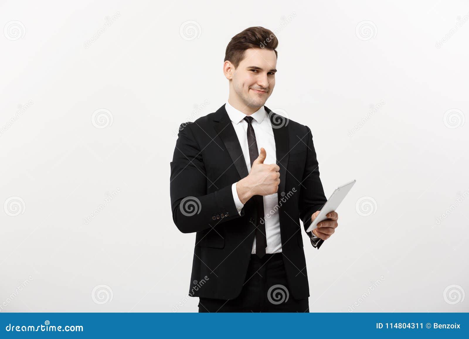 Zaken, mededeling, modern technologie en bureauconcept - glimlachen buisnessman met tabletcomputer die duimen tonen