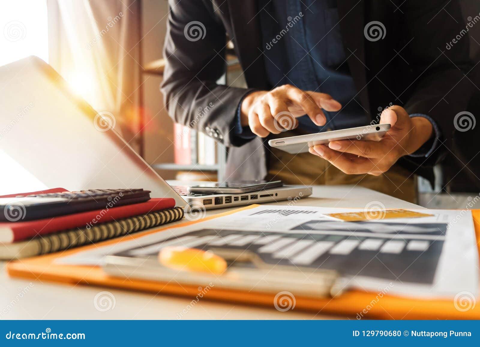 Zaken met sociaal netwerkdiagram met digitale tabletcomputer