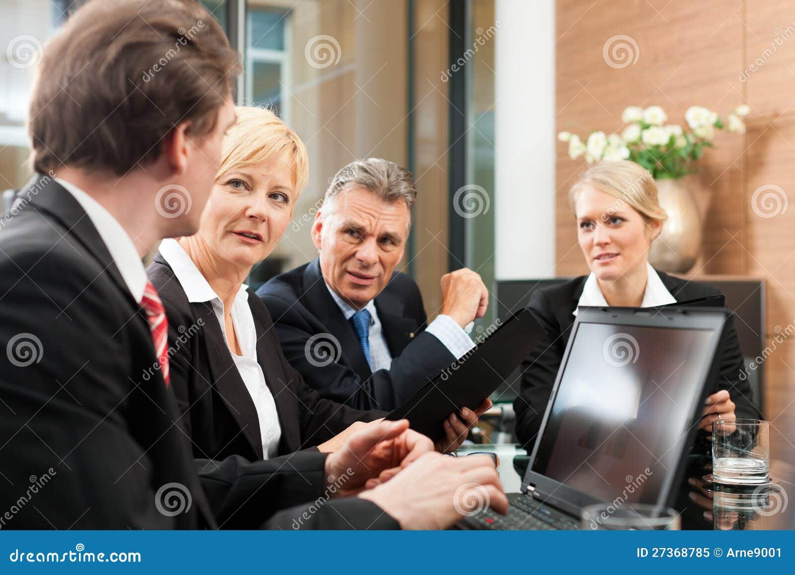 Zaken - teamvergadering in een bureau