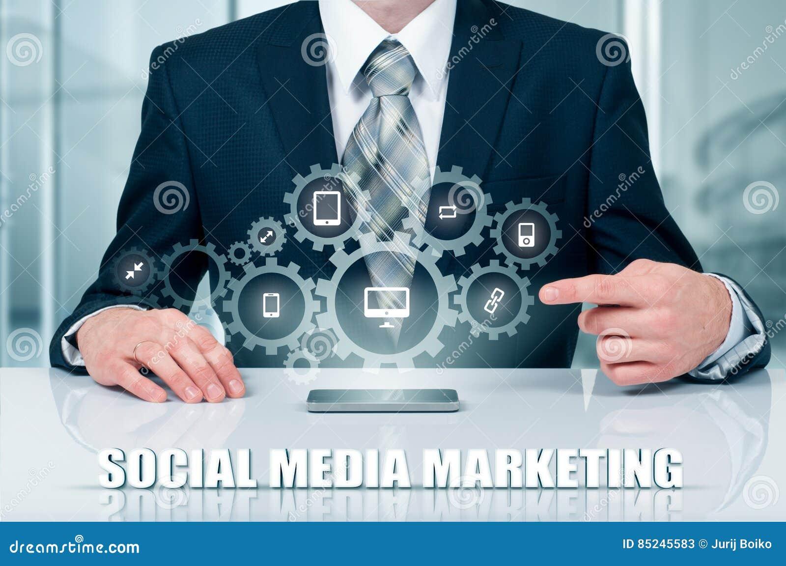 Zaken, technologie, Internet en voorzien van een netwerkconcept SMM - Sociale Media die op de virtuele vertoning op de markt bren
