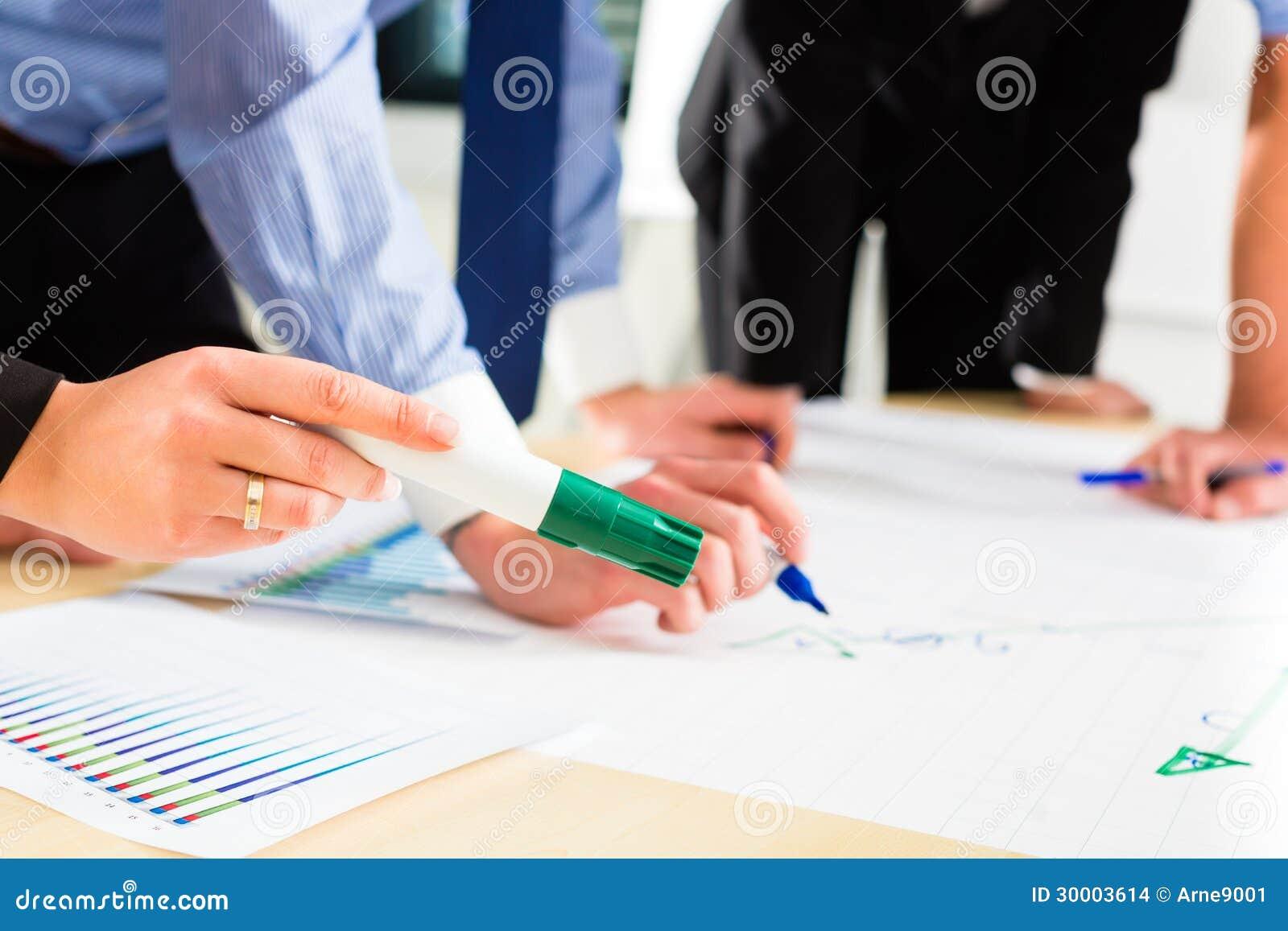 Zaken - Mensen in bureau die als team werken