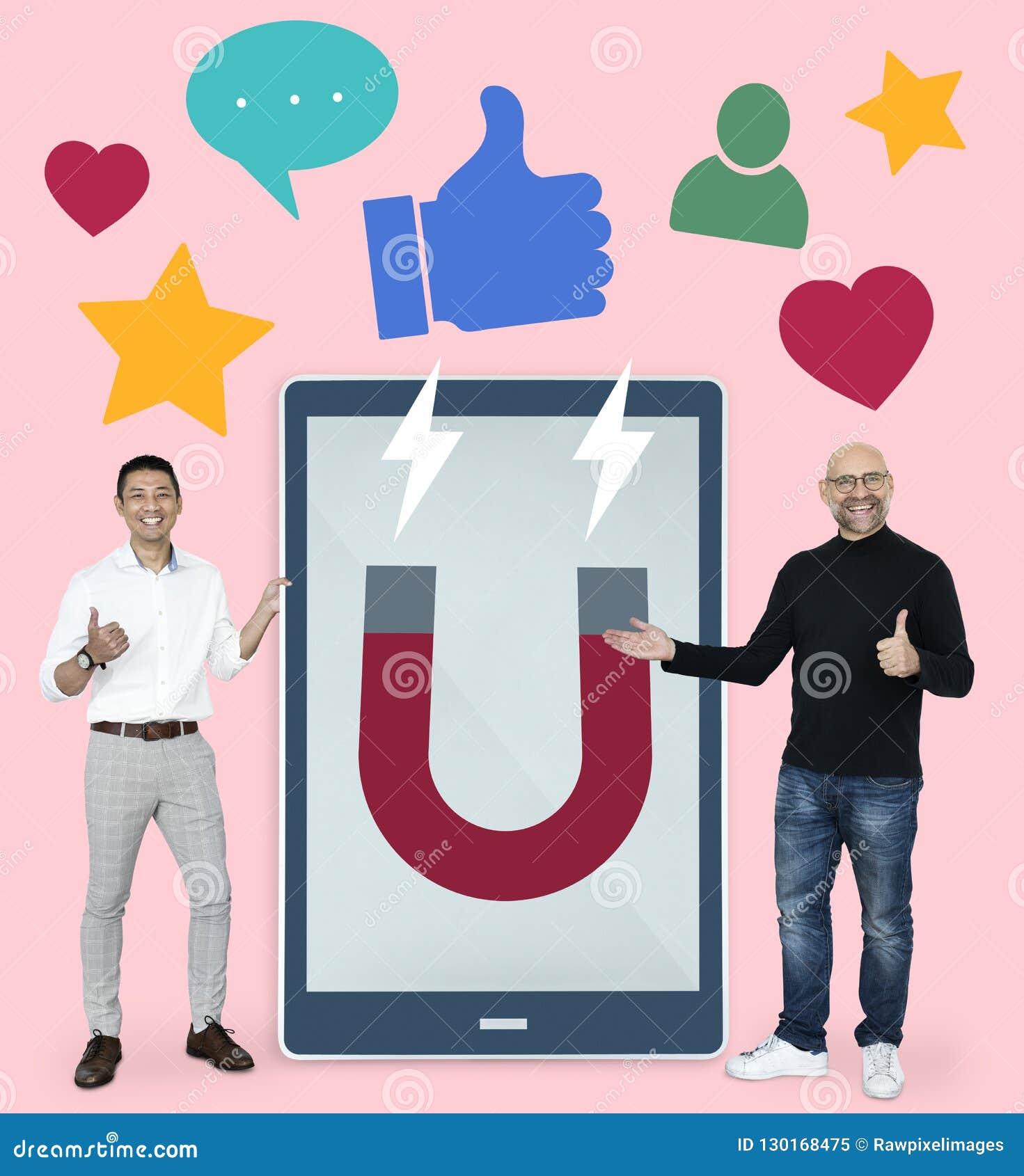 Zakenlieden die met sociale media ideeën op de markt brengen