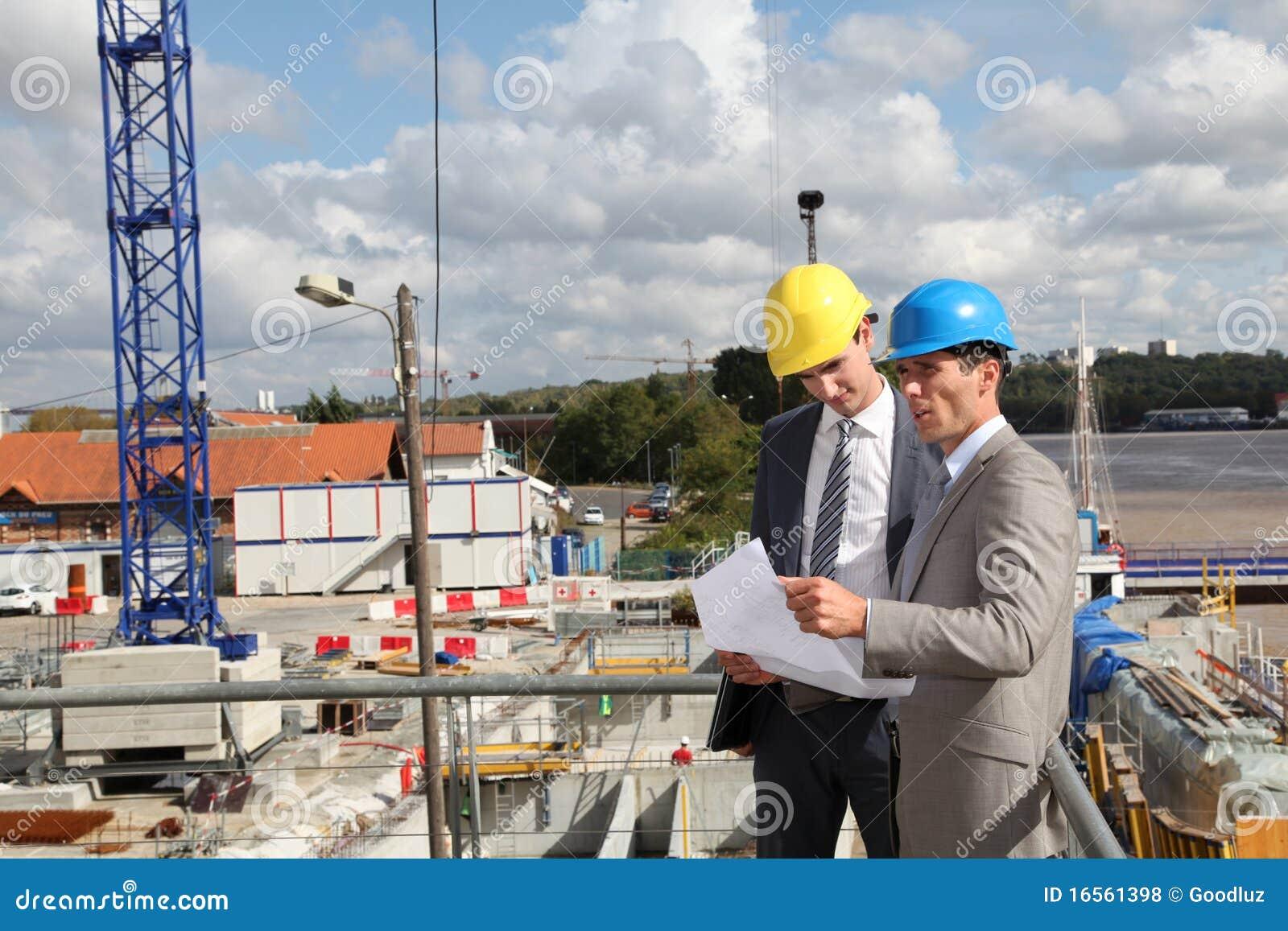Zakenlieden op bouwwerf