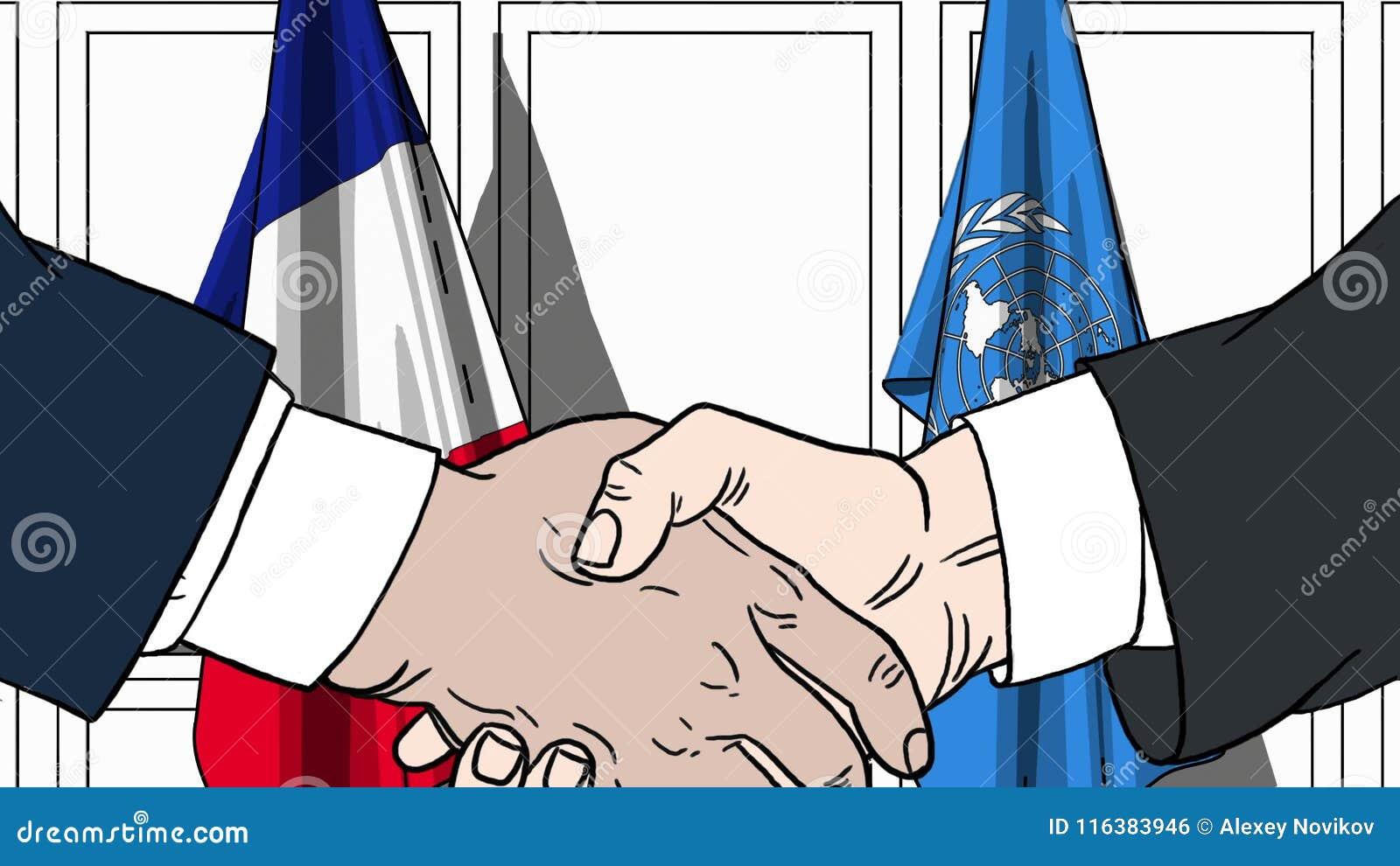 Zakenlieden of politicischokhanden tegen vlaggen van Frankrijk en de Verenigde Naties Officiële vergadering of samenwerking