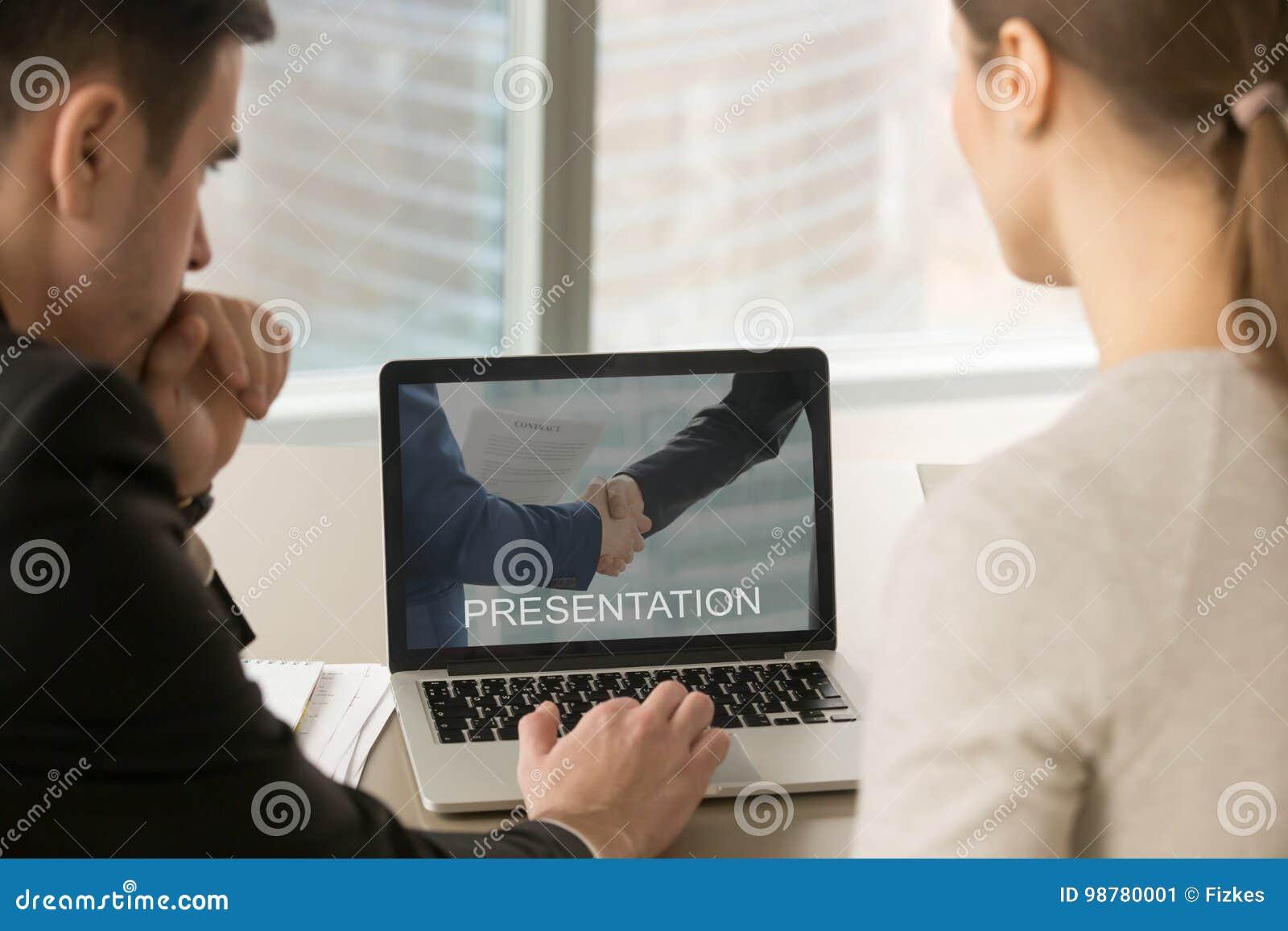 Zakenlui die presentatie op PC-het scherm op vergadering bekijken,