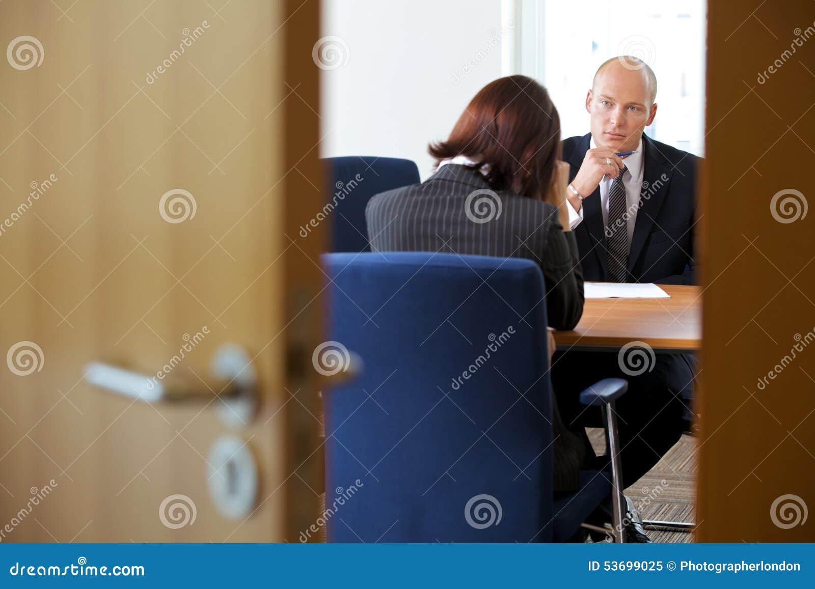 Zakenman in bespreking met onderneemster