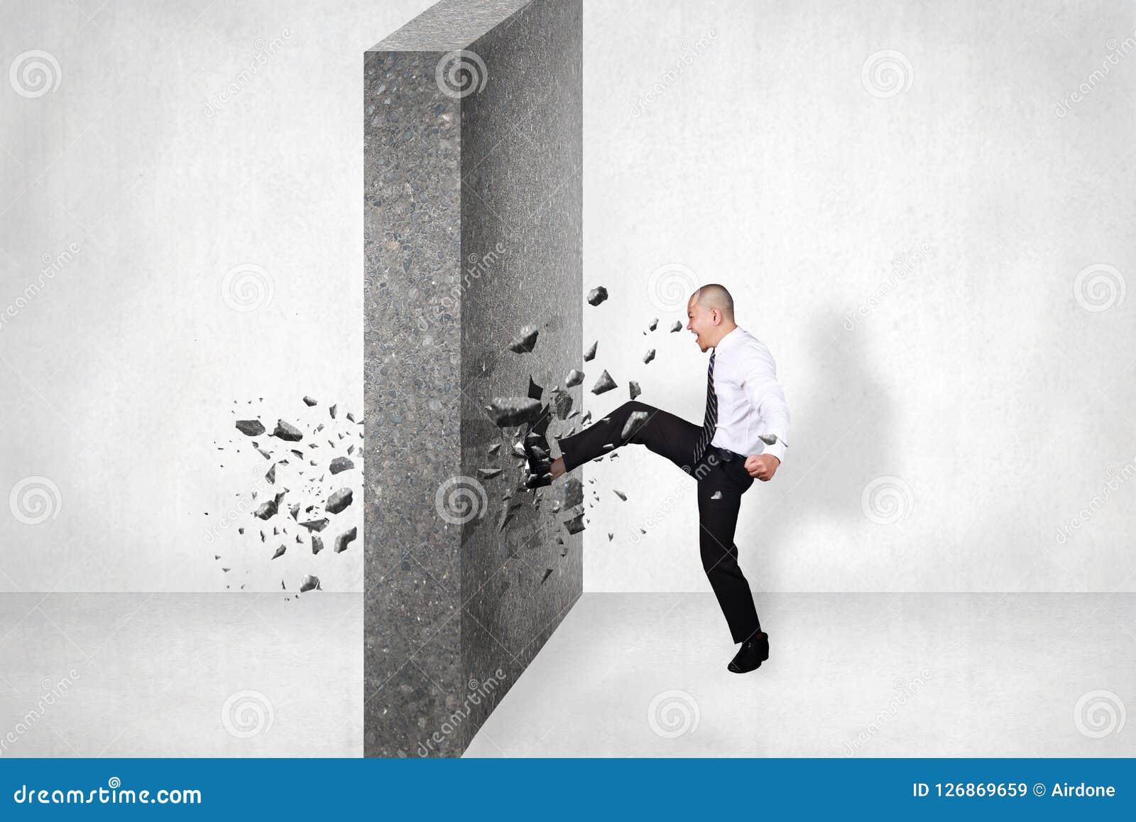 Zakenman Break Wall van Hindernis Bedrijfsuitdaging Conquerin