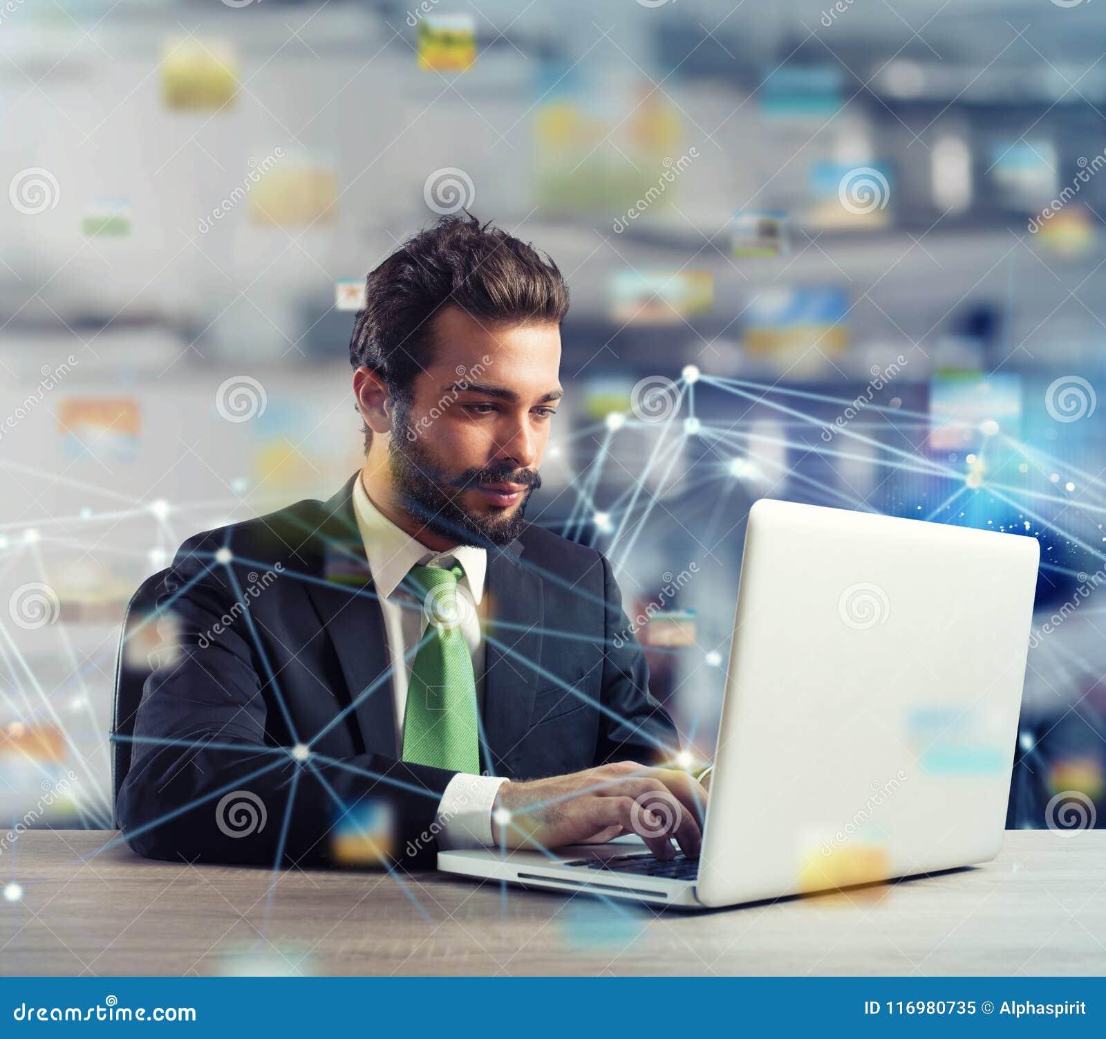 Zakenman in bureau op Internet-netwerk wordt verbonden dat Concept startbedrijf