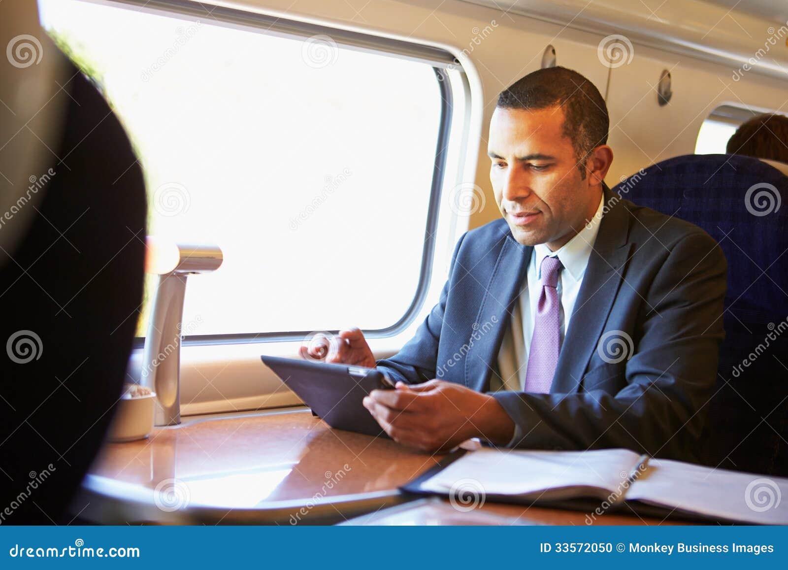 Zakenman Commuting On Train die Digitale Tablet gebruiken