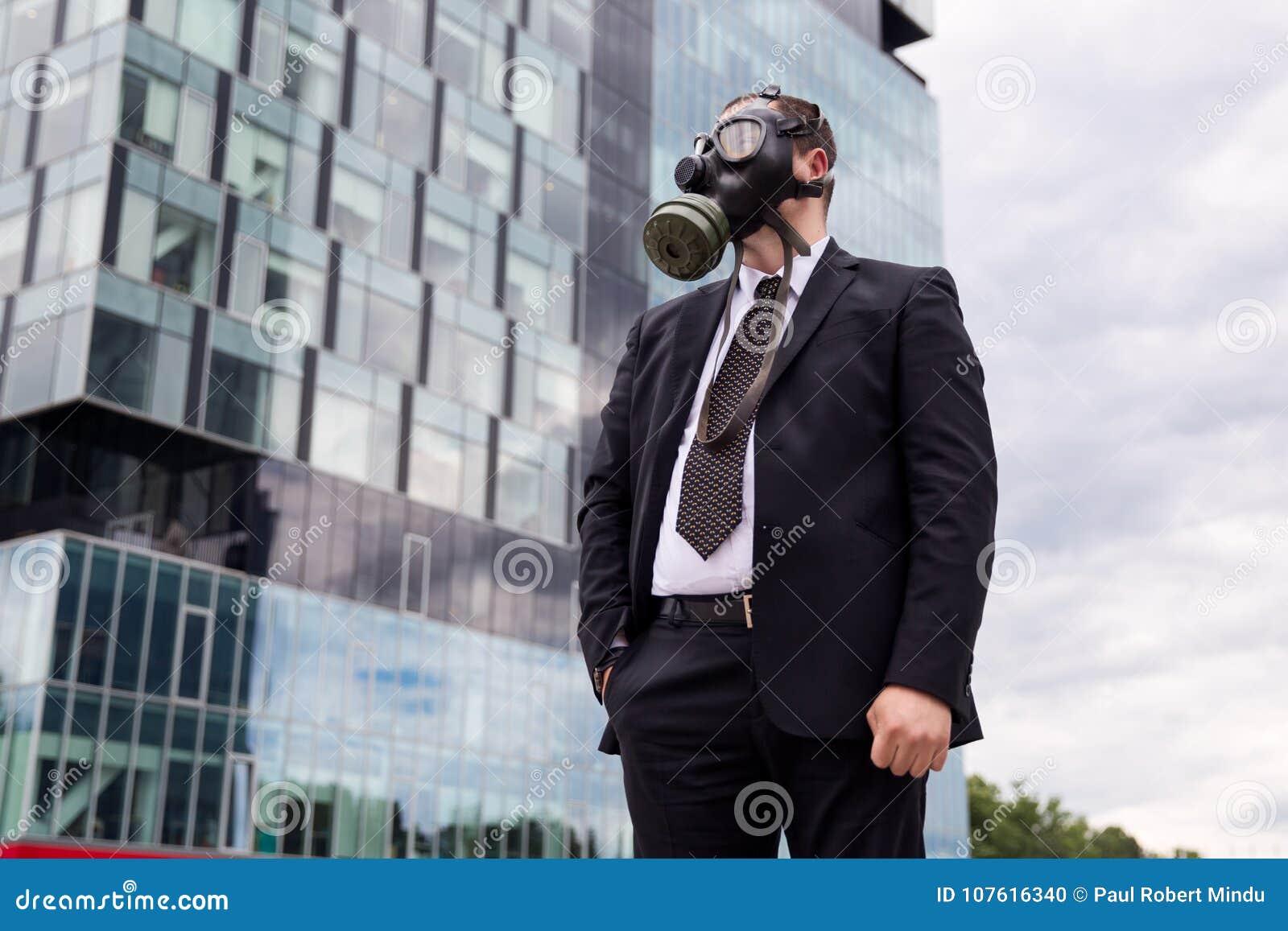 Zakenman in de stad die een gasmasker op gezicht dragen