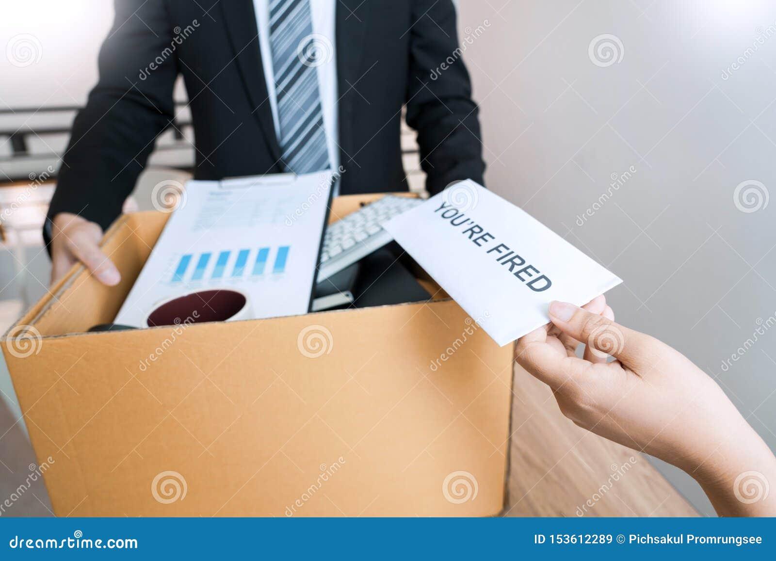 Zakenman die berustingsbrief verzenden naar werkgever chef- Including over berusting van posities en vacatures, die veranderen en