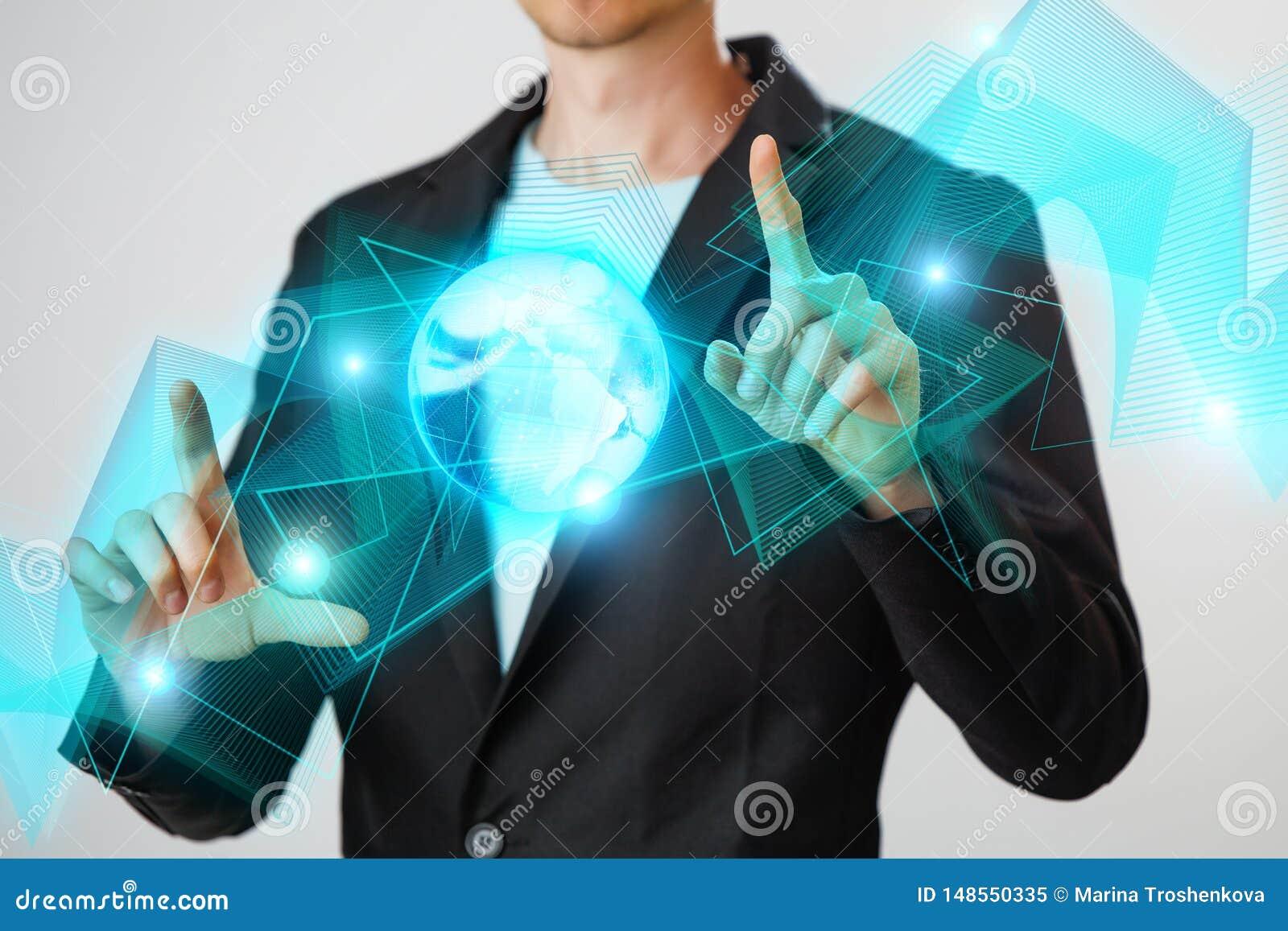 Zakenman die de gloeiende hologram digitale bol houden Concepr van zaken en innovatie