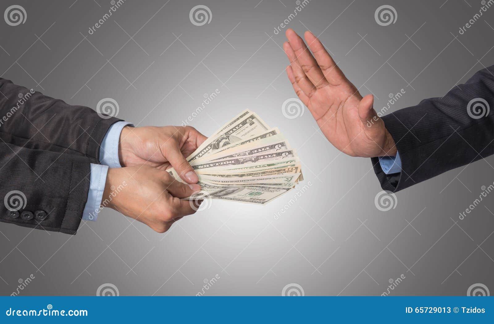 Zakenman die die het geld weigeren door zakenman op witte B wordt aangeboden