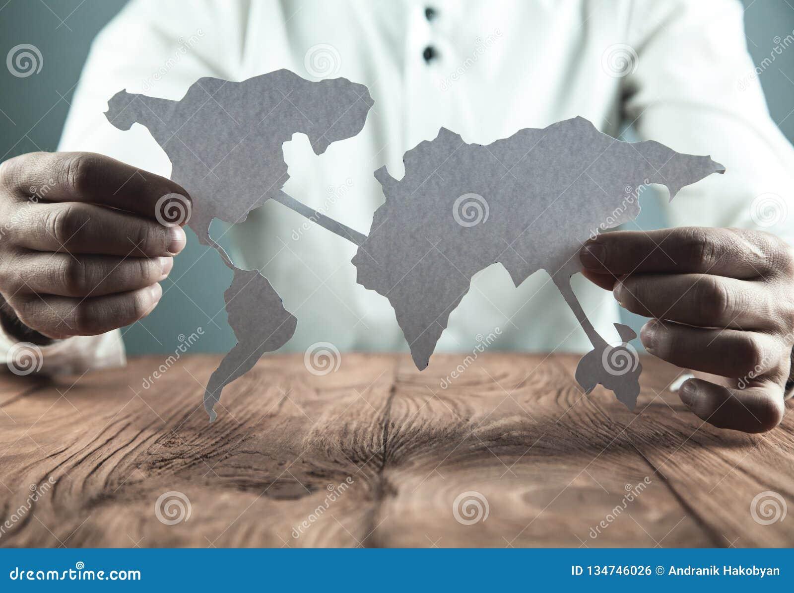 Zakenman die document wereldkaart tonen Bedrijfs concept